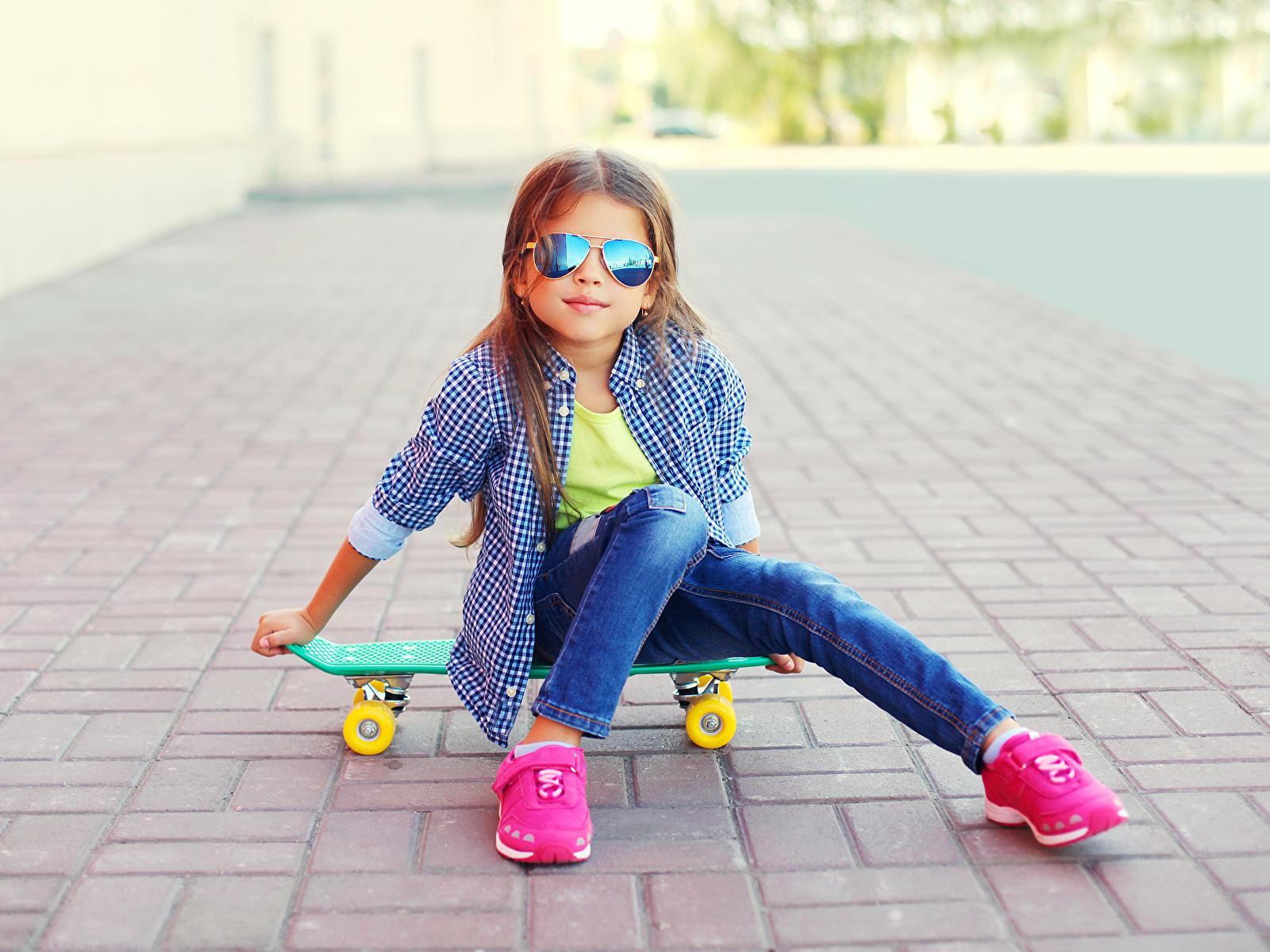 Fondos de Pantalla 1600x1200 Skateboard Niñas Sentado Gafas