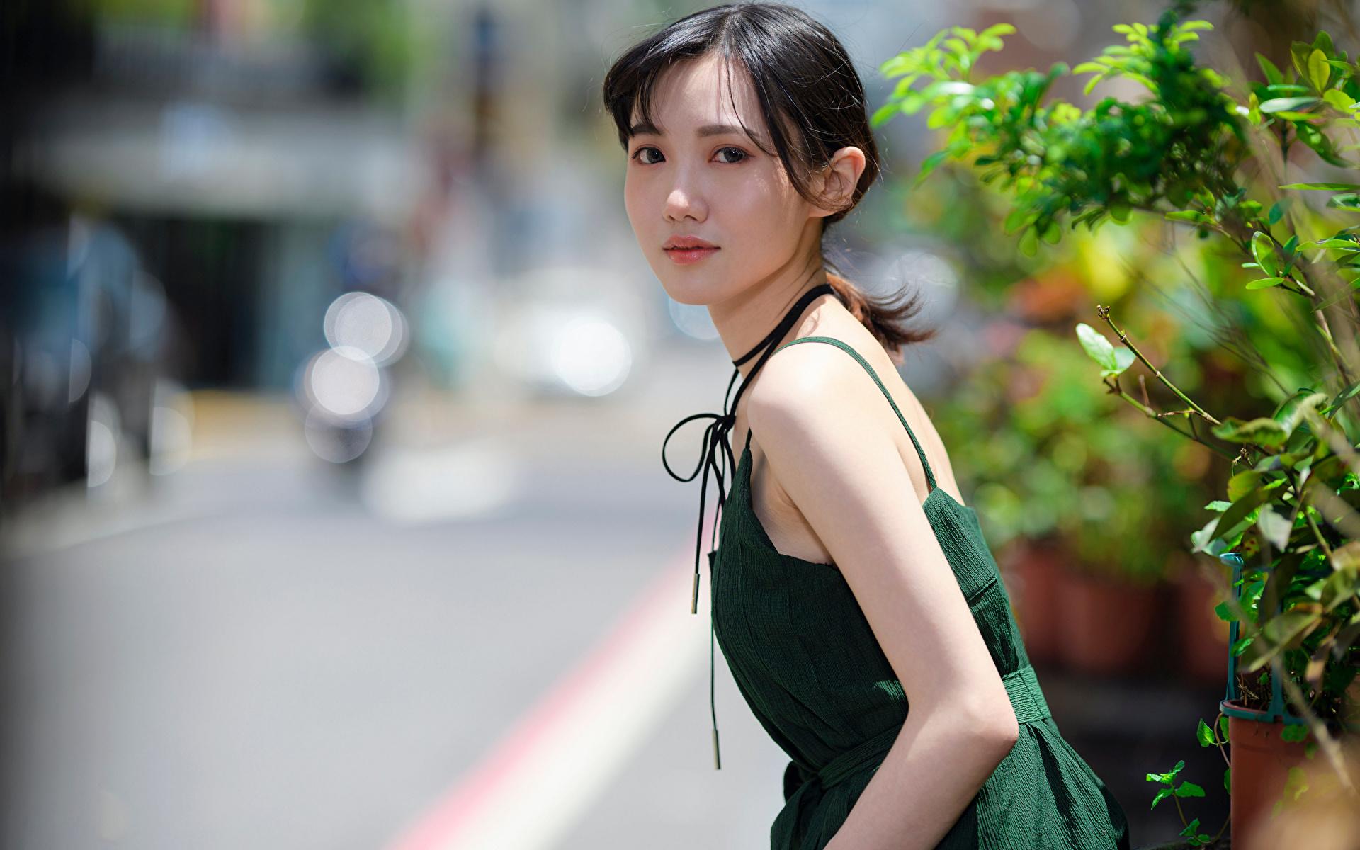 Desktop Hintergrundbilder unscharfer Hintergrund junge frau Asiaten Blick Kleid 1920x1200 Bokeh Mädchens junge Frauen Asiatische asiatisches Starren
