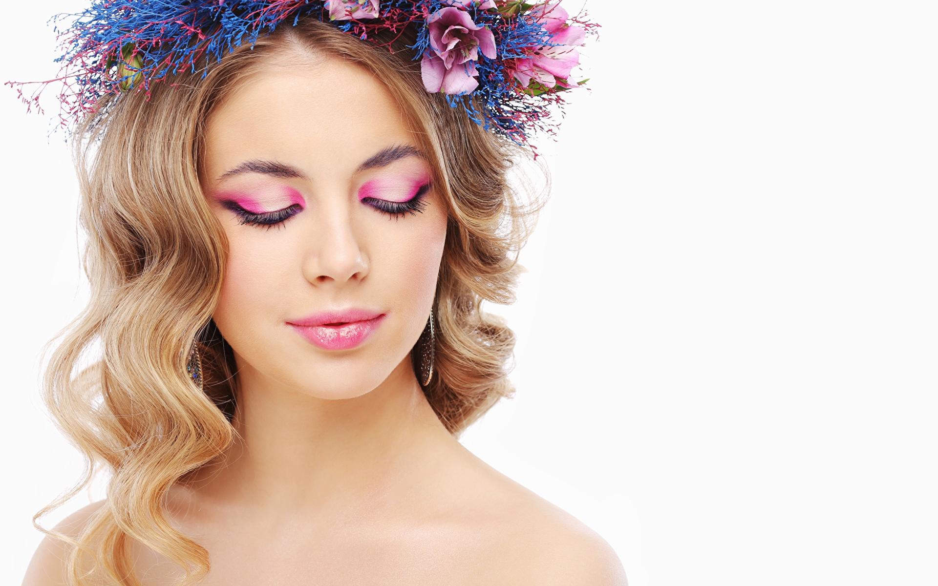 Bilder Model Schminke Schön Haar Kranz junge frau Weißer hintergrund 1920x1200 Make Up hübsch schöne hübsche schöner schönes hübscher Mädchens junge Frauen