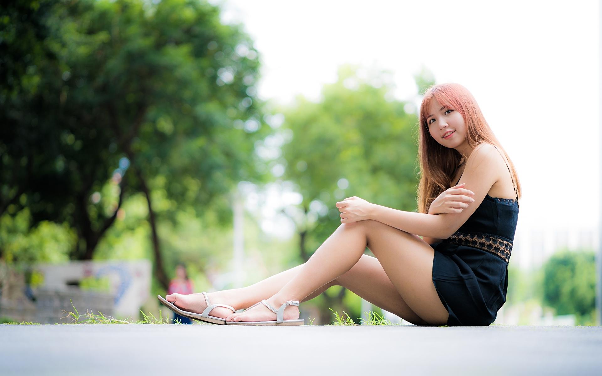 Afbeeldingen Glimlach Bokeh jonge vrouw Benen Aziaten hand zittend 1920x1200 onscherpe achtergrond Jonge vrouwen aziatisch Handen Zitten