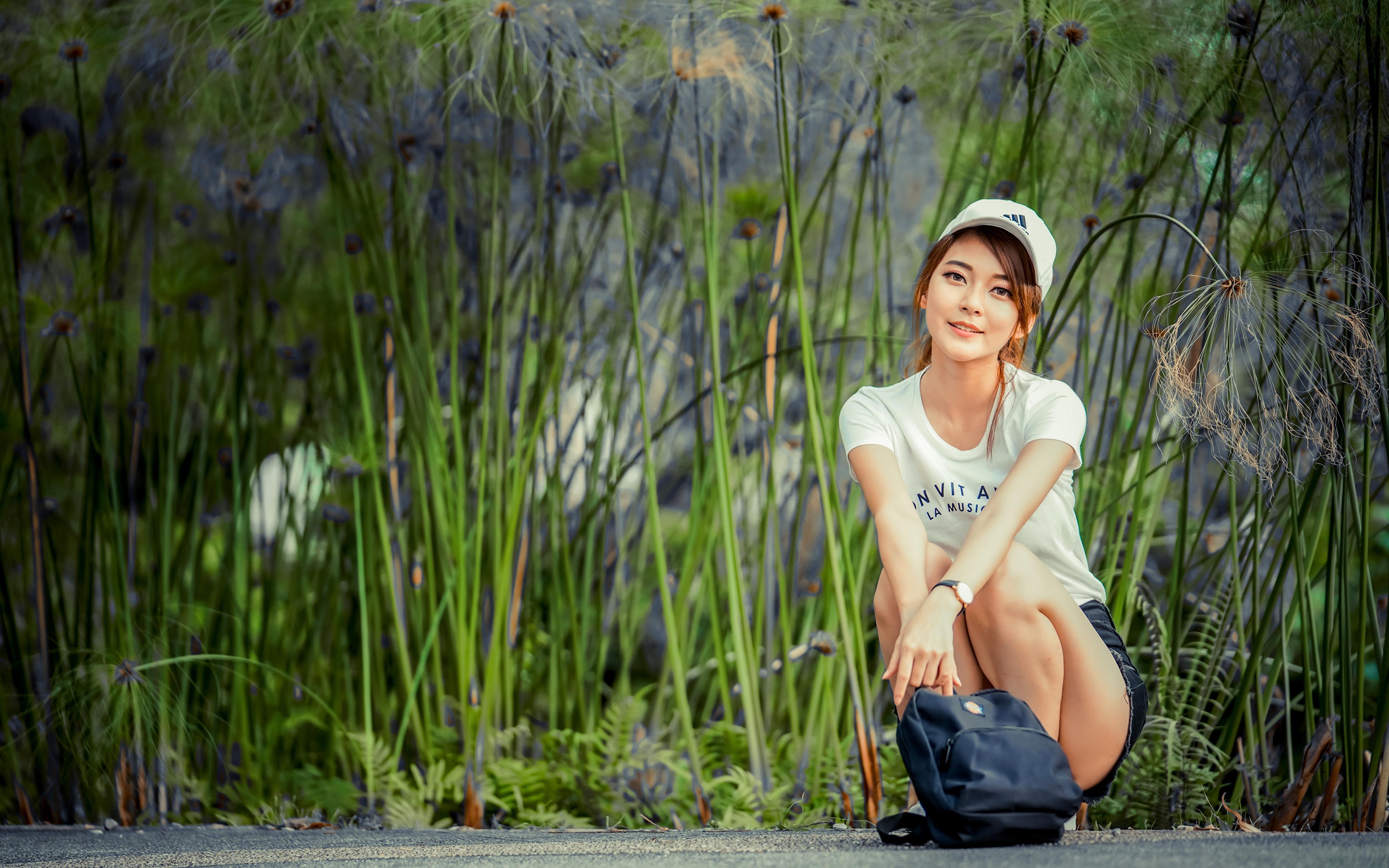 Fotos von Lächeln T-Shirt junge frau asiatisches sitzen Handtasche Blick baseballkappe 3840x2400 Mädchens junge Frauen Asiaten Asiatische sitzt Sitzend Starren Baseballcap baseballmütze