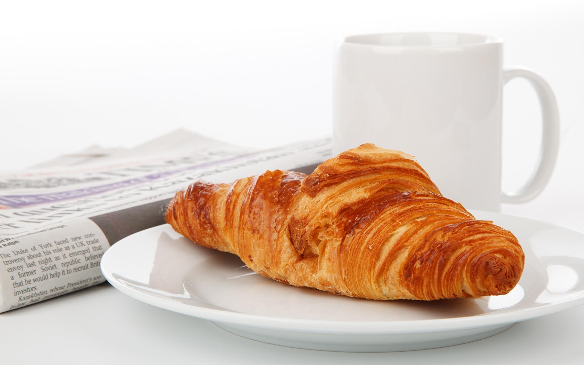 Fotos Croissant Teller Becher Lebensmittel Großansicht 1920x1200 das Essen hautnah Nahaufnahme