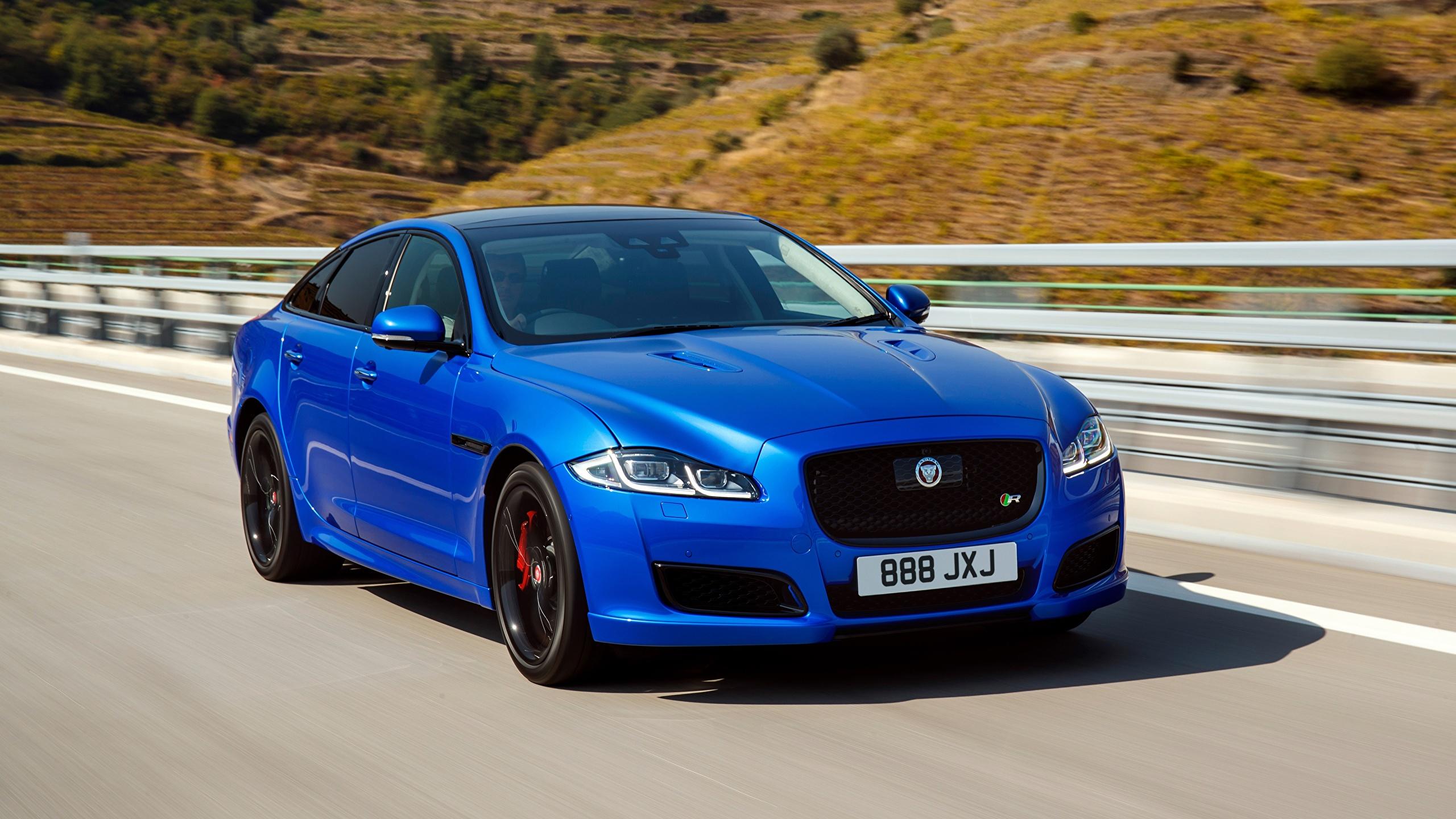Fotos von Jaguar unscharfer Hintergrund Limousine Blau fahrendes auto 2560x1440 Bokeh fährt fahren Bewegung Geschwindigkeit Autos automobil