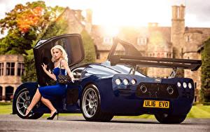 Bilder Blau Metallisch Blond Mädchen Sitzen Bein Kleid 2015-17 Ultima Evolution Coupe Autos Mädchens