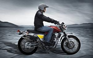 Bilder Motorradfahrer Helm Fahren Seitlich 2015-20 SWM Silver Vase 440 Motorrad
