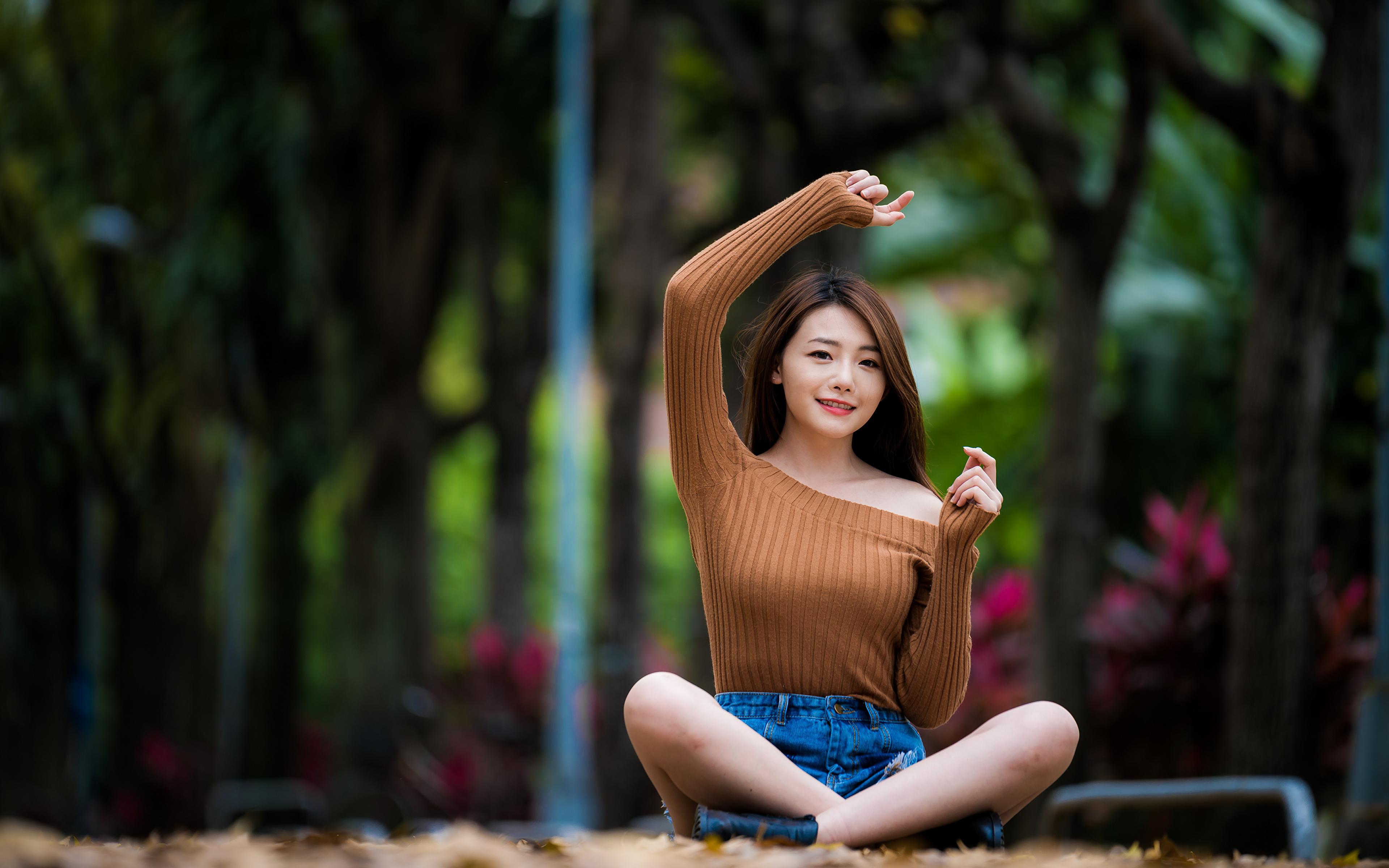 Bilder von Lotossitz Mädchens Asiaten Hand sitzen Starren 3840x2400 Lotussitz junge frau junge Frauen Asiatische asiatisches sitzt Sitzend Blick
