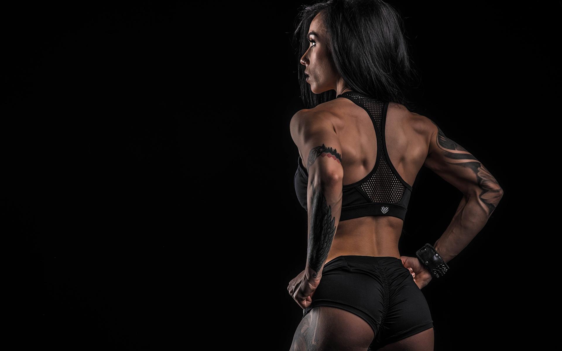 Bilder Gesäß Tätowierung Pose Rücken Fitness Sport junge Frauen Shorts Hinten Schwarzer Hintergrund 1920x1200 posiert Mädchens junge frau sportliches