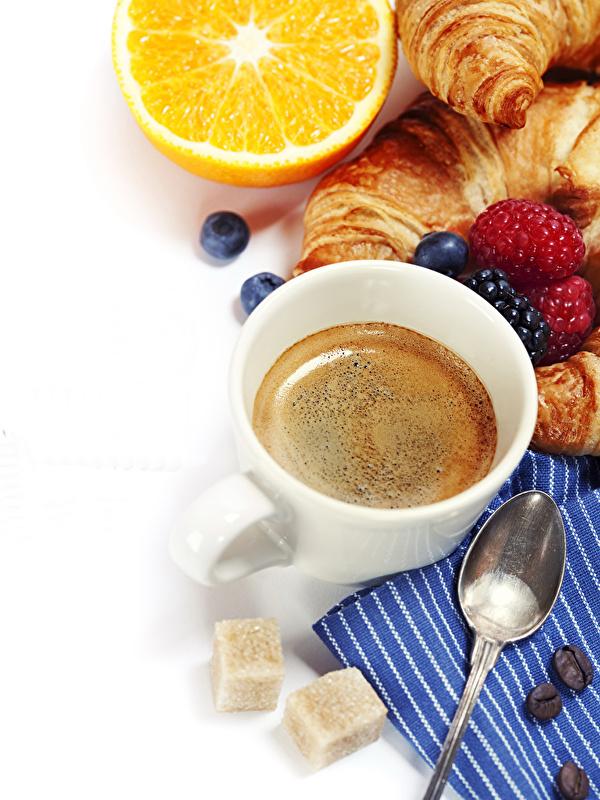 Bilder Kaffee Zucker Croissant Orange Frucht Himbeeren Heidelbeeren Tasse Löffel Lebensmittel Weißer hintergrund 600x800 für Handy Apfelsine das Essen