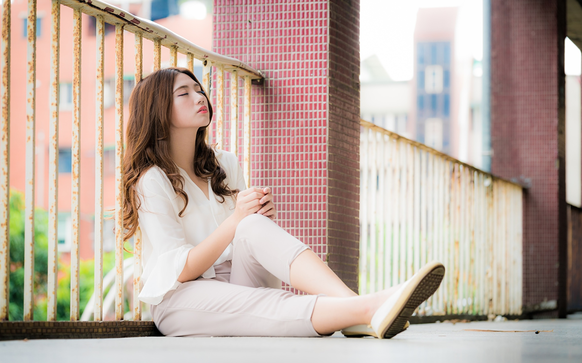 Desktop Hintergrundbilder Braunhaarige unscharfer Hintergrund junge frau Bein Zaun asiatisches sitzen 1920x1200 Braune Haare Bokeh Mädchens junge Frauen Asiaten Asiatische sitzt Sitzend