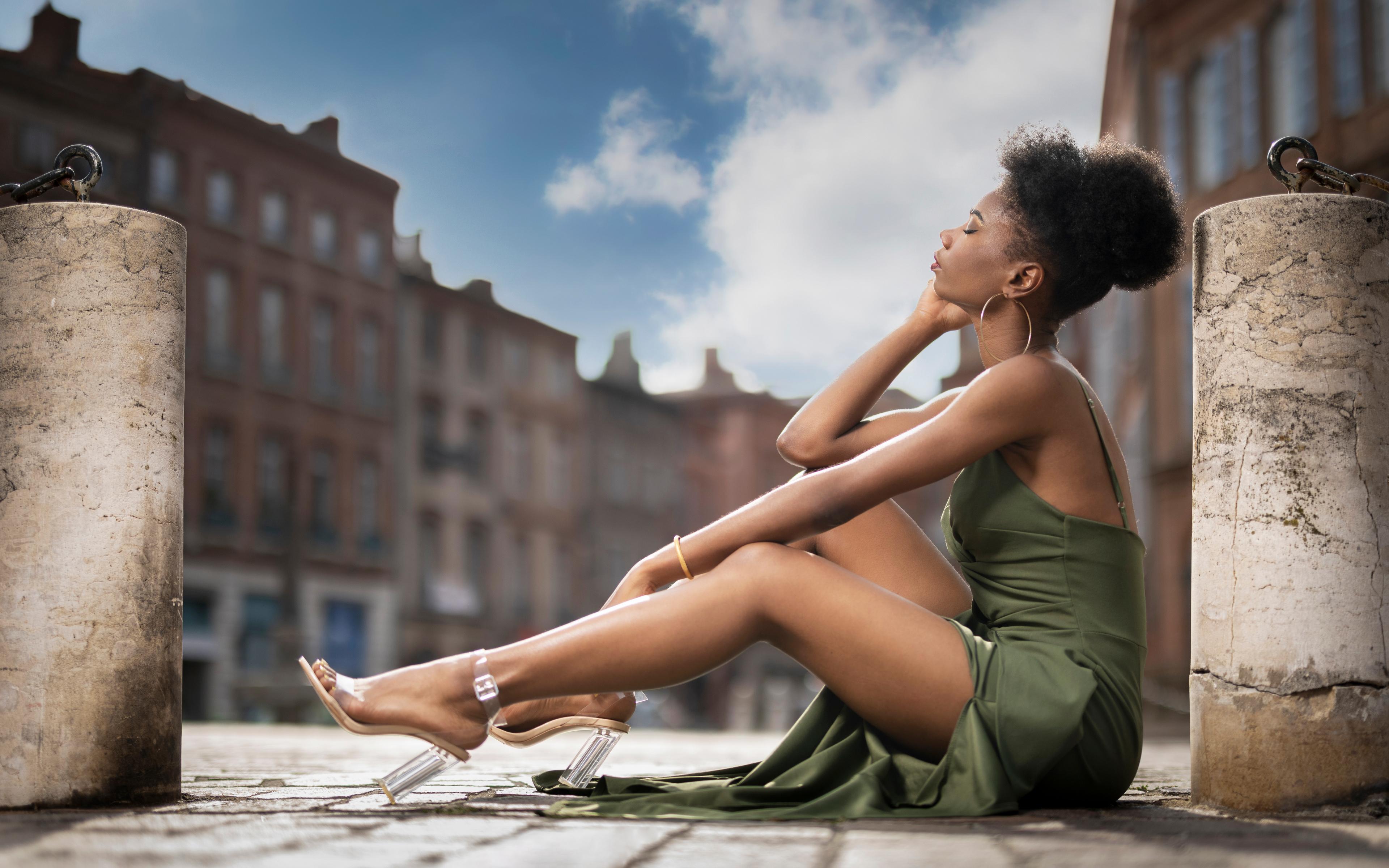 Fotos von Mary Neger junge Frauen Bein Sitzend Kleid 3840x2400 Mädchens junge frau sitzt sitzen