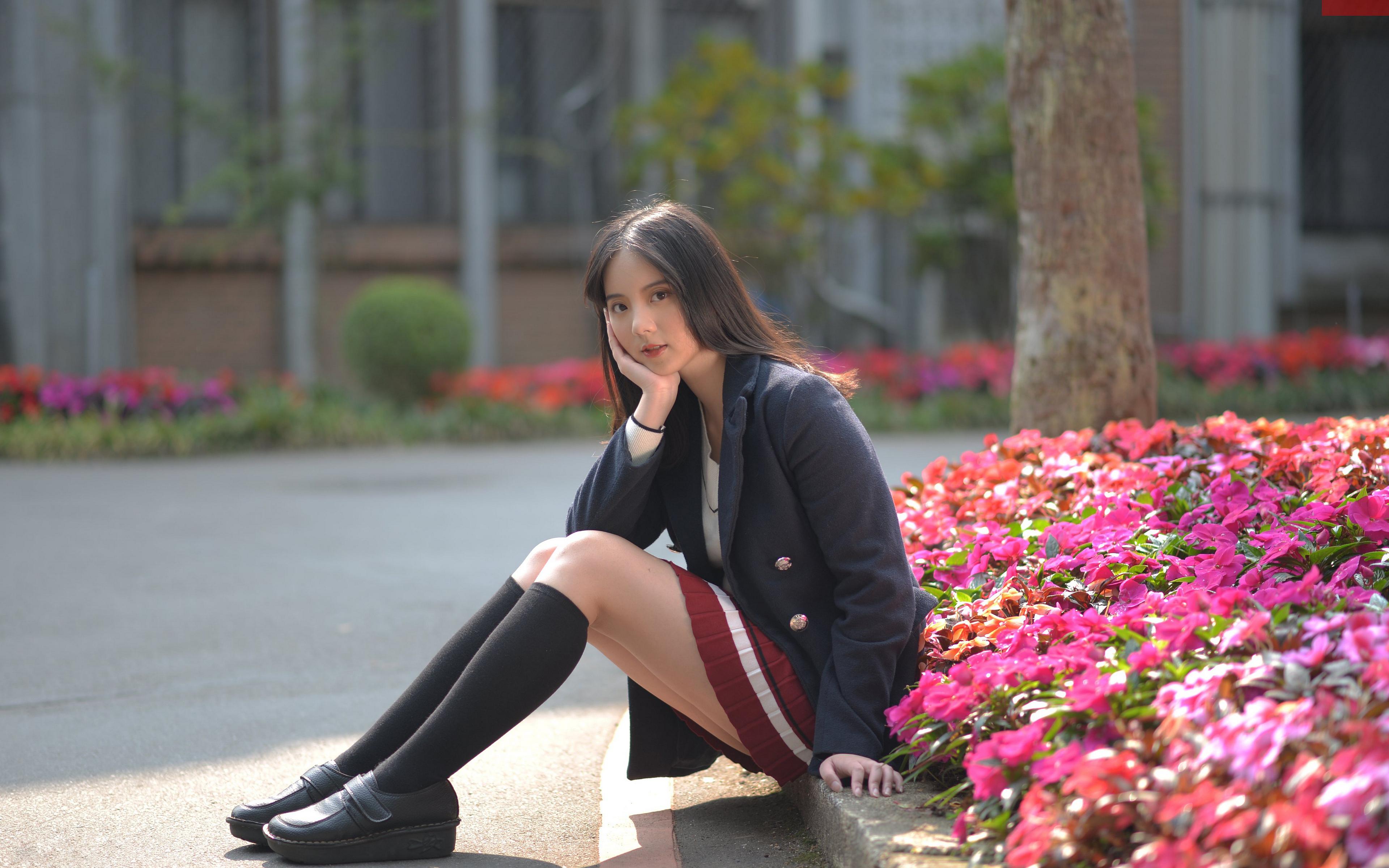 Fotos Long Socken Mädchens Bein Asiatische Sitzend Sakko Blick 3840x2400 junge frau junge Frauen Asiaten asiatisches sitzt sitzen Starren