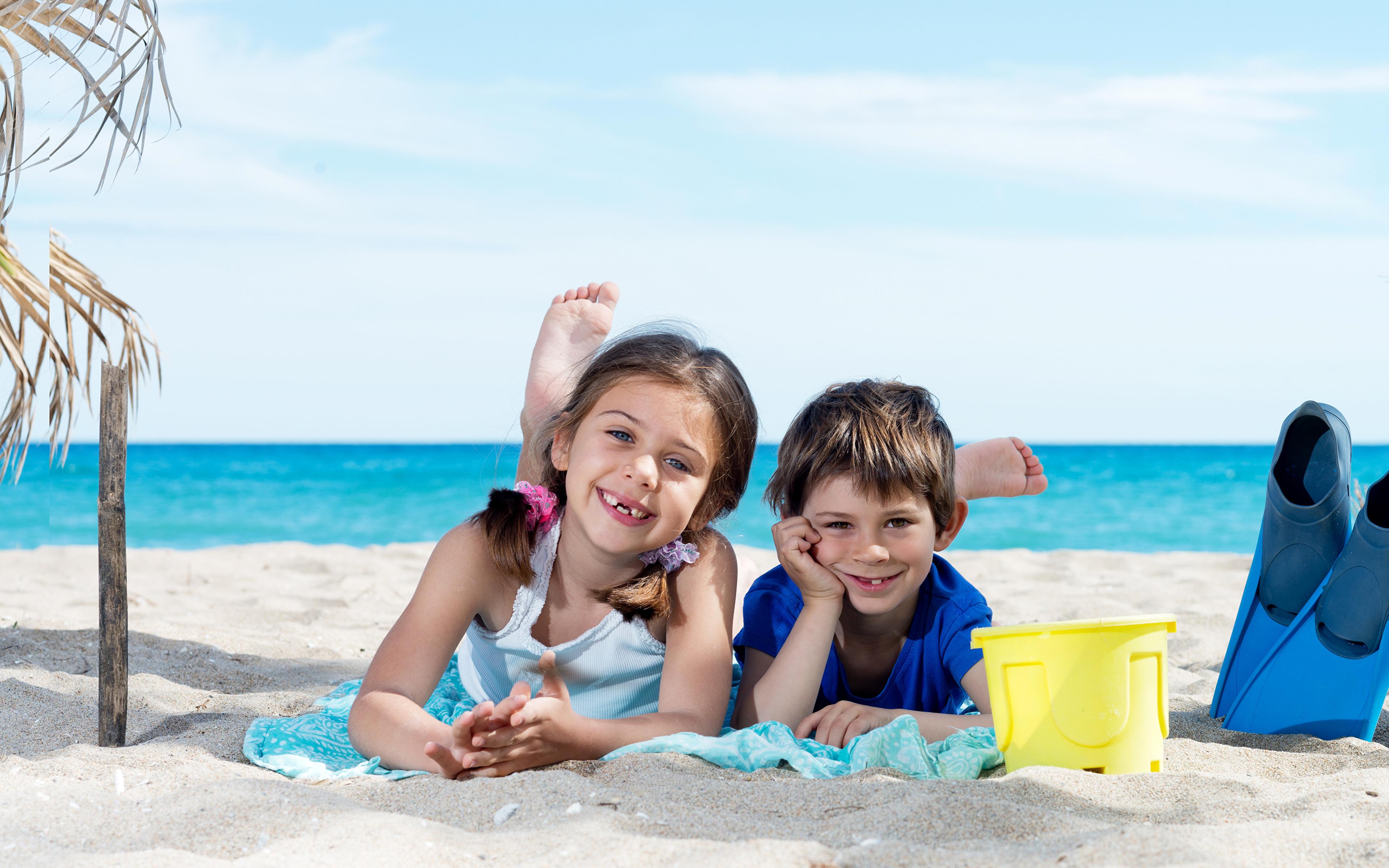 1ce8961ea1 Fotos von Kleine Mädchen Junge Lächeln Kinder Strand Zwei Küste 3840x2400  jungen Strände 2