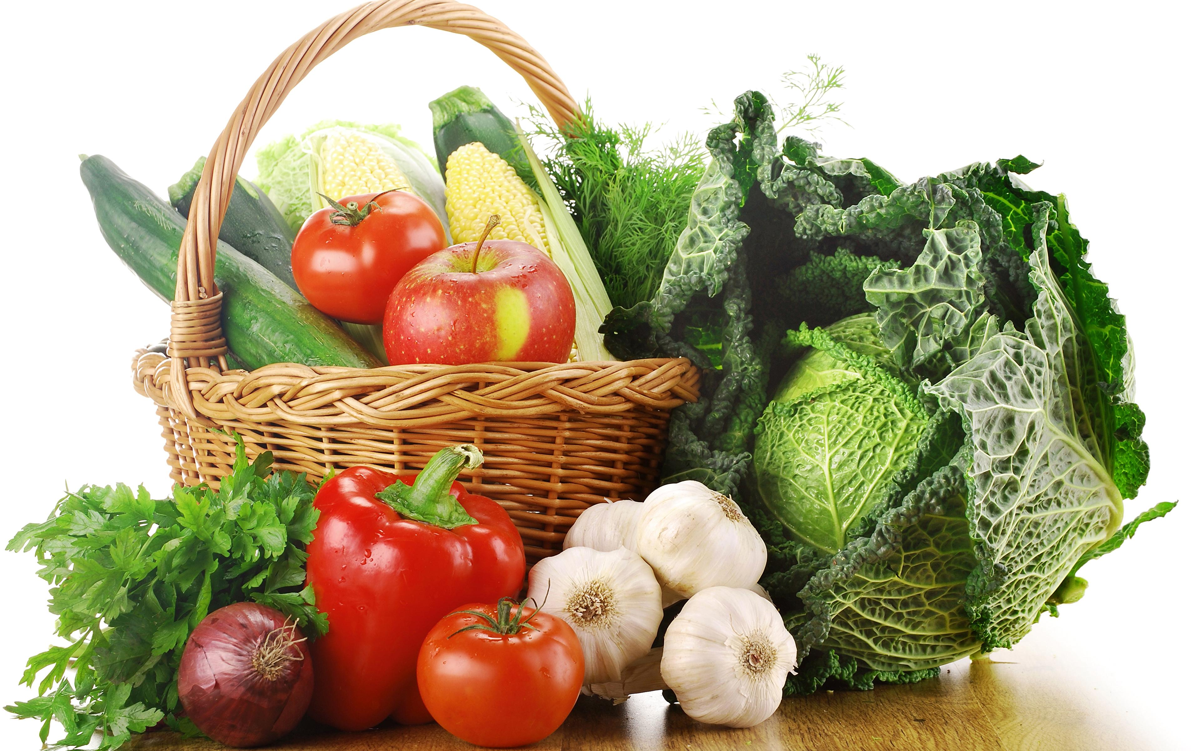 Fotos Kohl Tomate Zwiebel Äpfel Knoblauch Weidenkorb Gemüse Peperone Lebensmittel Weißer hintergrund 3840x2400