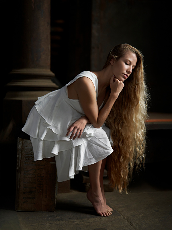 Foto Blond Mädchen posiert Haar Mädchens Sitzend Kleid 600x800 für Handy Blondine Pose junge frau junge Frauen sitzt sitzen