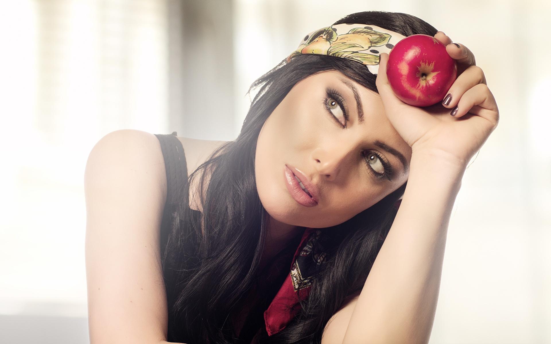 Bilder Brünette Schminke Mädchens Äpfel Lebensmittel Blick 1920x1200 Make Up junge frau junge Frauen das Essen Starren