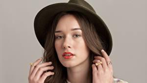 Fotos Der Hut Blick Gesicht Hand Haar Brünette Mädchens