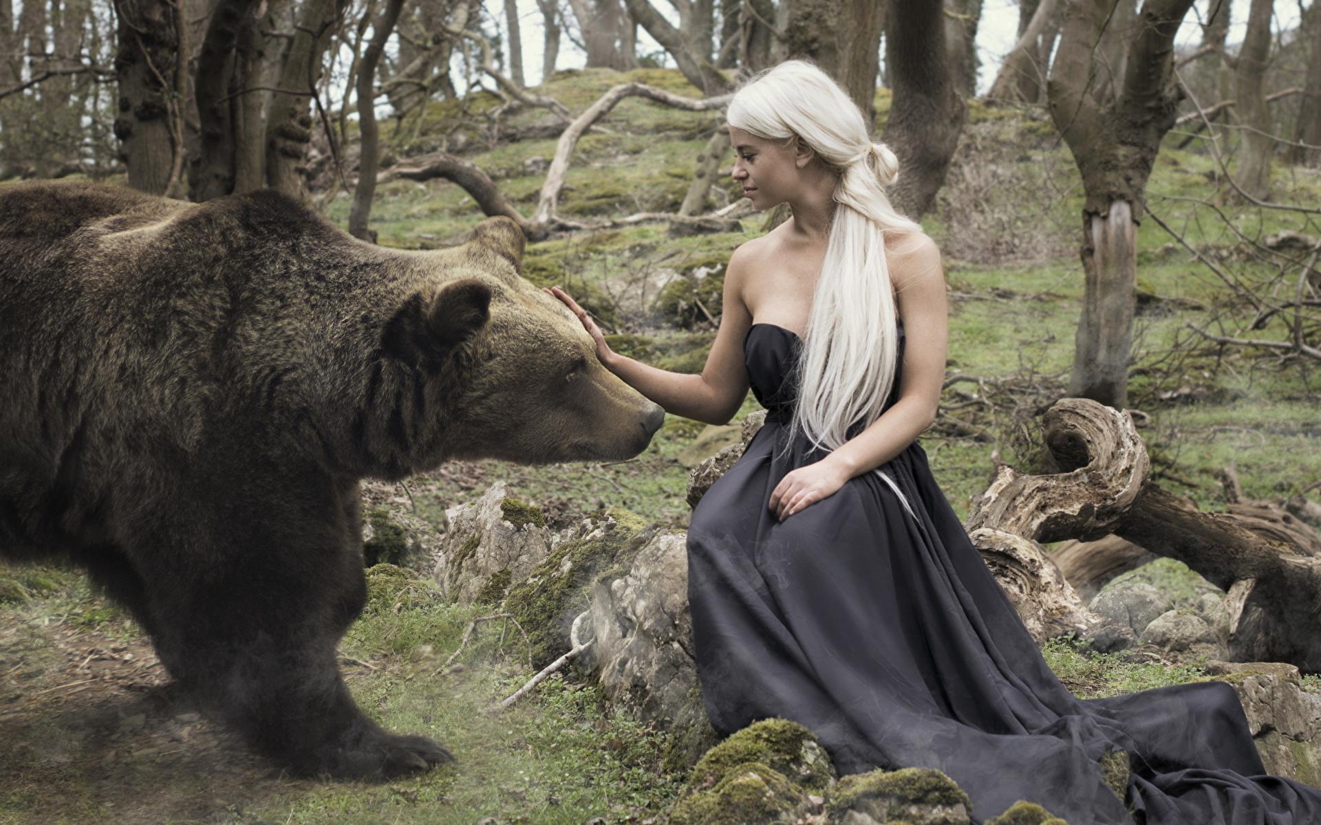 Bakgrunnsbilder til skrivebordet Brunbjørn bjørn Blond jente ung kvinne Sitter Dyr 1920x1200 Blonde Bjørner Unge kvinner