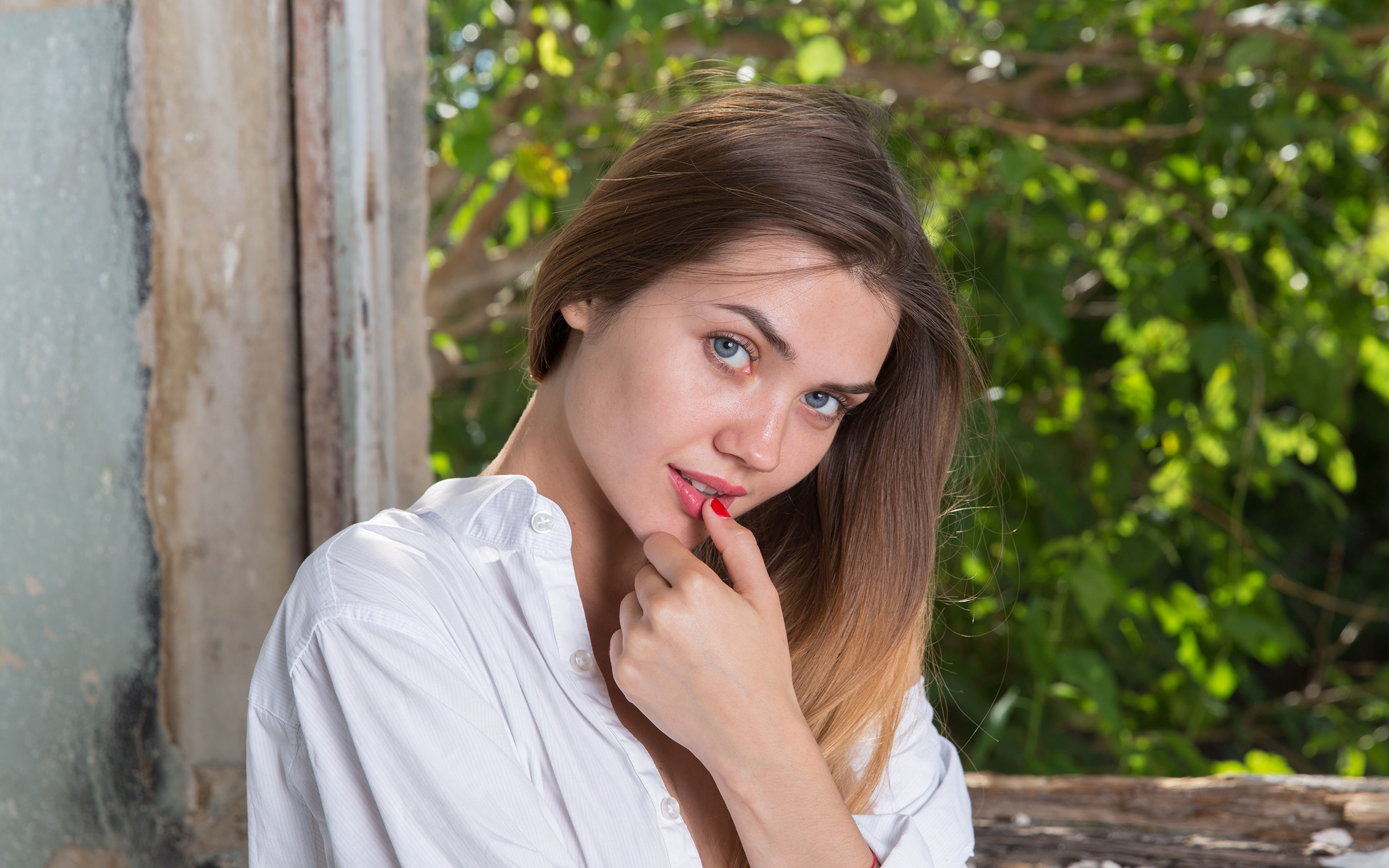 Desktop Wallpapers Polina Kadynskaya, Georgia Brown haired female Hands Staring 3840x2400 Girls young woman Glance