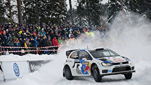 Fotos Volkswagen Menschen Schnee Polo Autos Sport