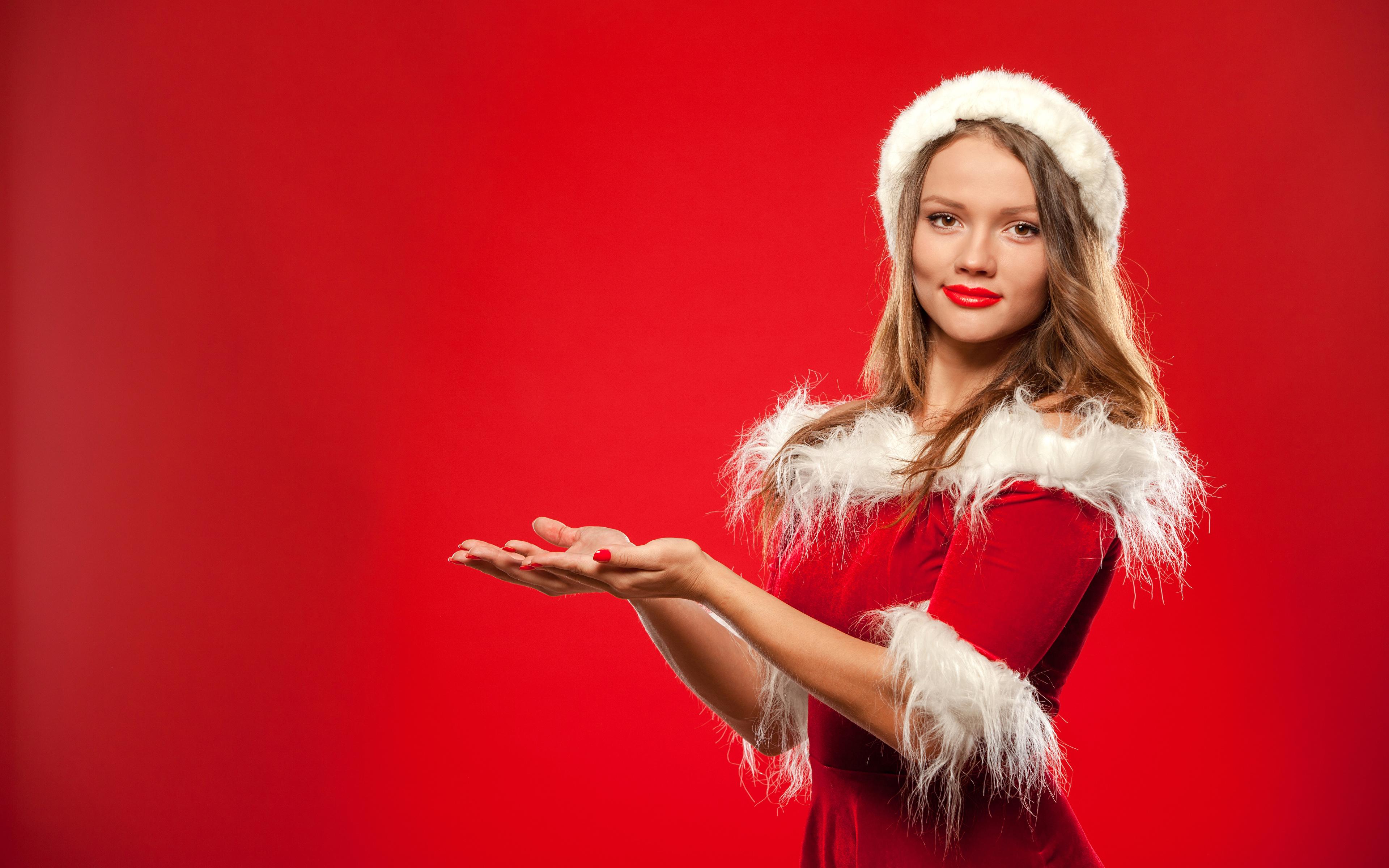 Bilder Neujahr Braune Haare junge frau Hand Uniform Blick Roter Hintergrund 3840x2400 Braunhaarige Mädchens junge Frauen Starren