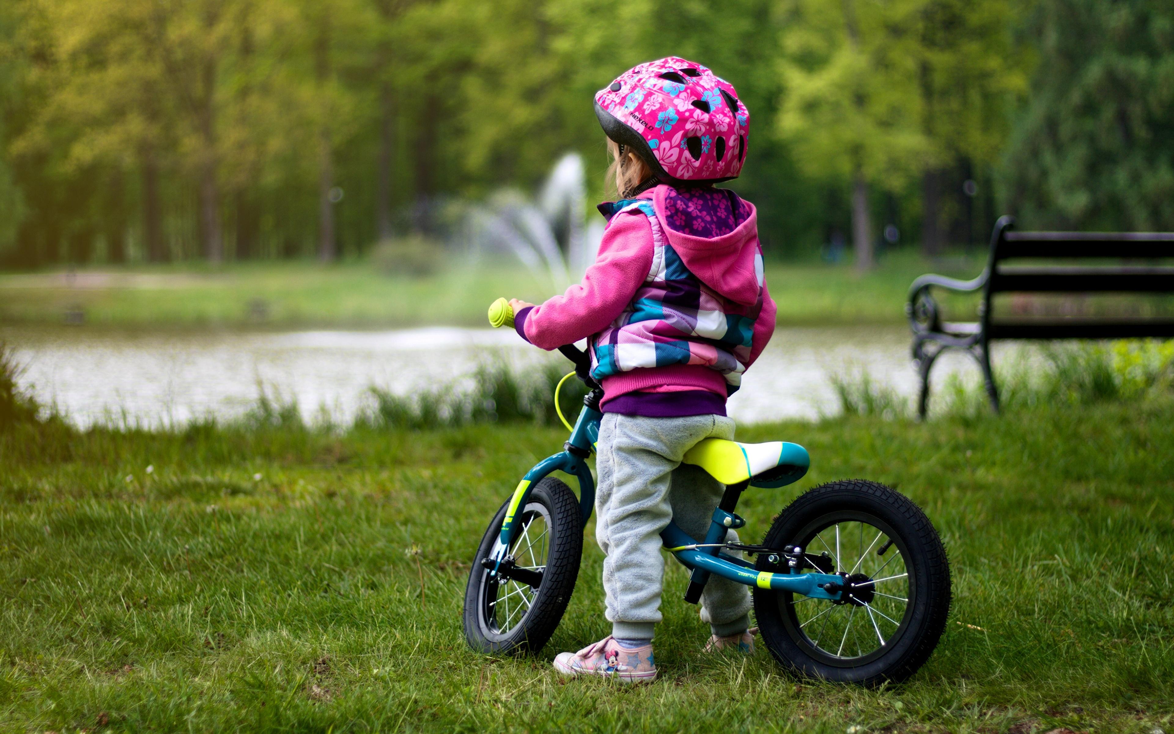 Bilder Kleine Mädchen Helm kind fahrräder Gras 3840x2400 Kinder Fahrrad