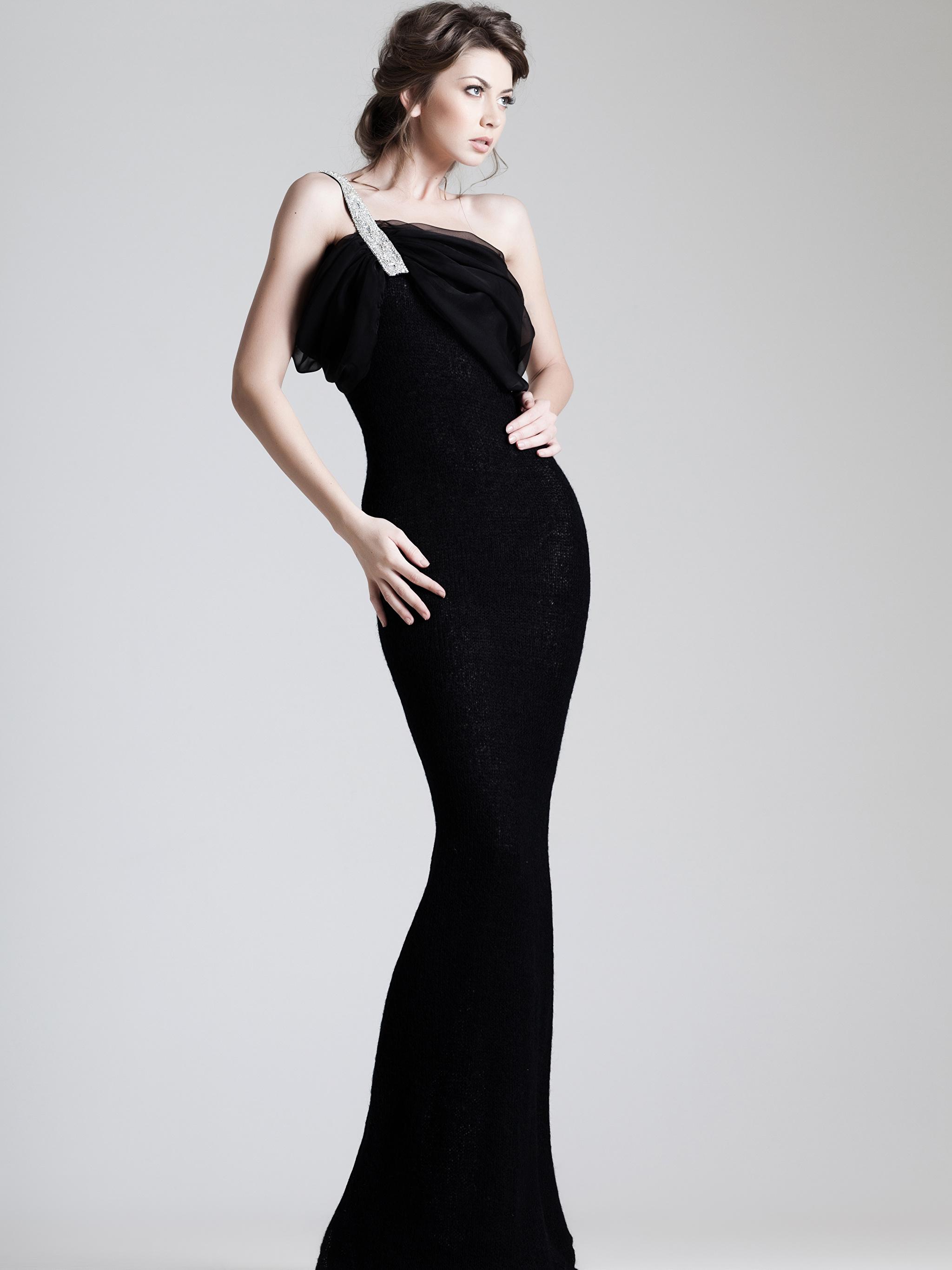 Foto Braune Haare Mädchens Grauer Hintergrund Kleid 2048x2732 Braunhaarige