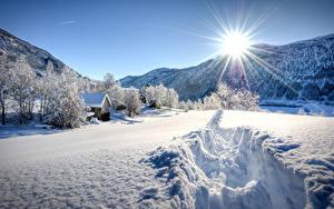 Hintergrundbilder Jahreszeiten Winter Gebirge Schnee Bäume Lichtstrahl Sonne Natur