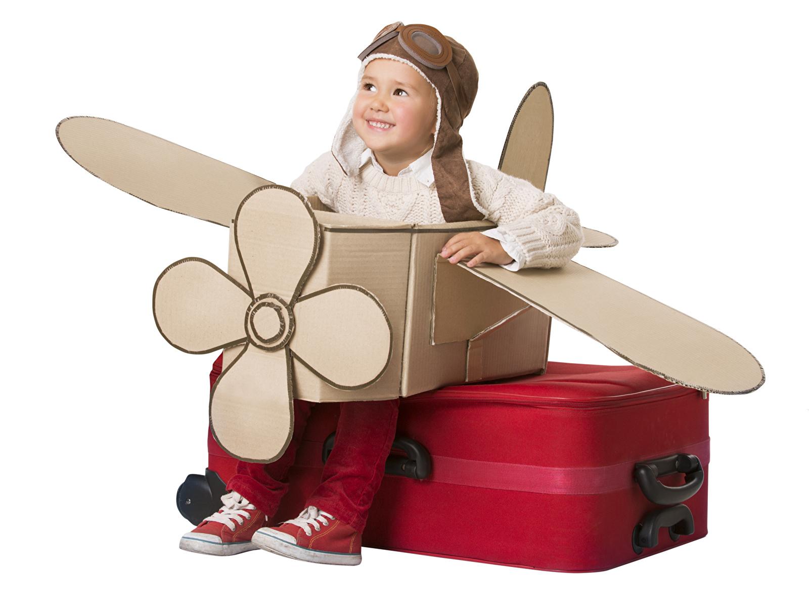 Foto Junge Flugzeuge Helm Lächeln Kinder Koffer Kreativ Weißer hintergrund 1600x1200