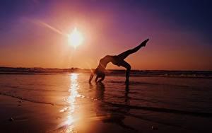 Fotos Meer Sonnenaufgänge und Sonnenuntergänge Gymnastik Sonne Mädchens