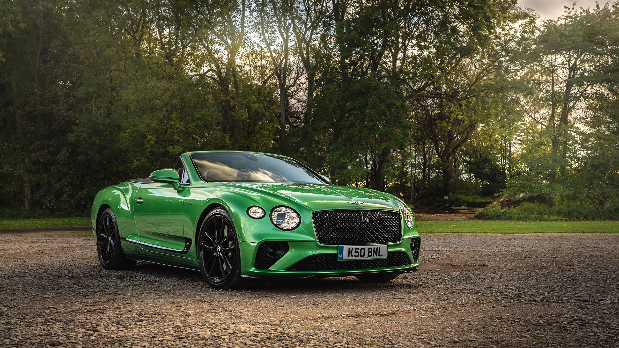 Bilder von Bentley Continental GT V8, Convertible (Apple Green), UK-spec, 2020 Cabriolet Grün auto Vorne 2560x1440 Cabrio Autos automobil