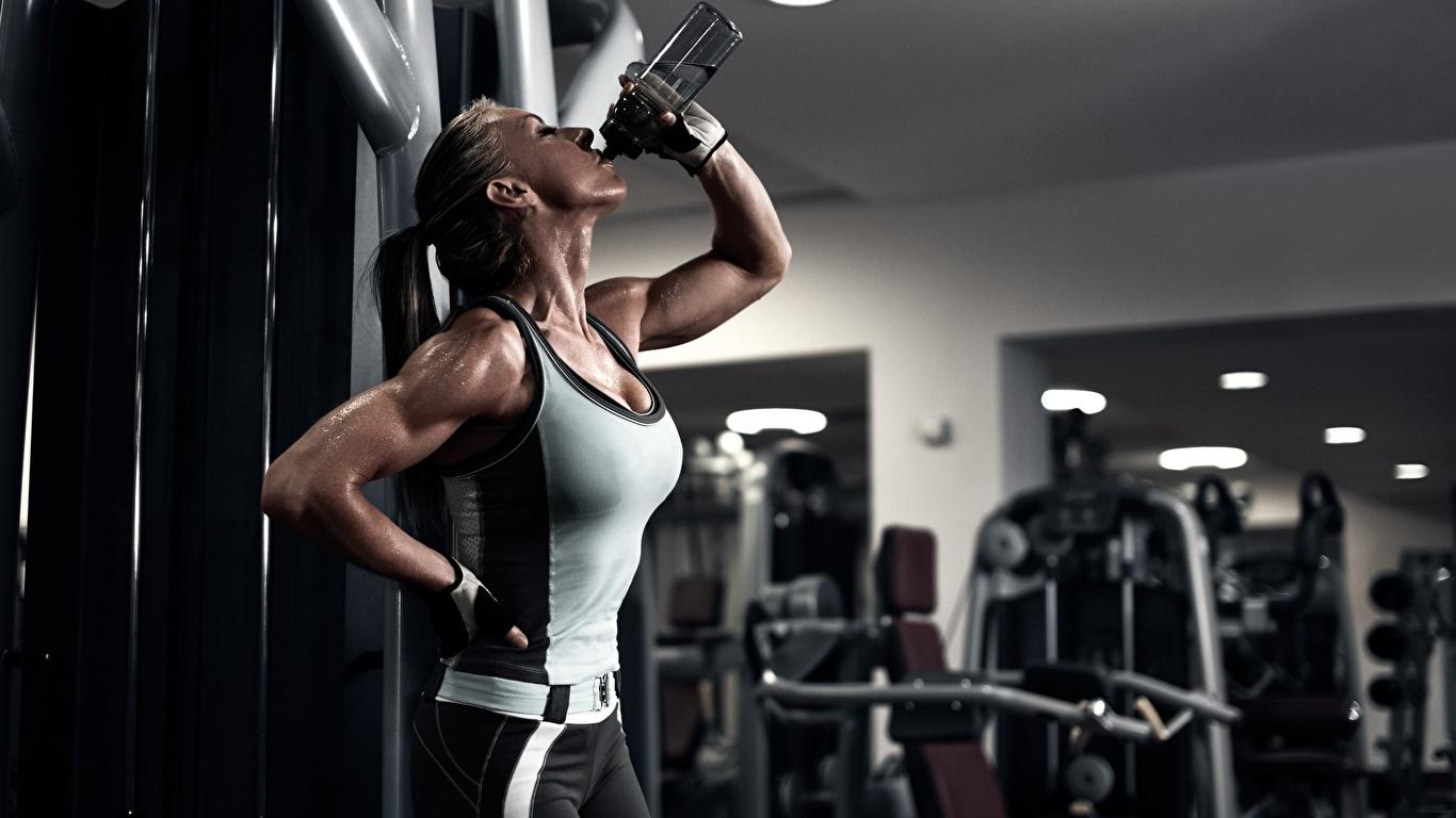 Fotos von Trinkt Wasser Handschuh Bokeh Fitness Erholung Mädchens sportliches Unterhemd Hand flaschen 1366x768 unscharfer Hintergrund Ruhen Sport ausruhen junge frau junge Frauen Flasche