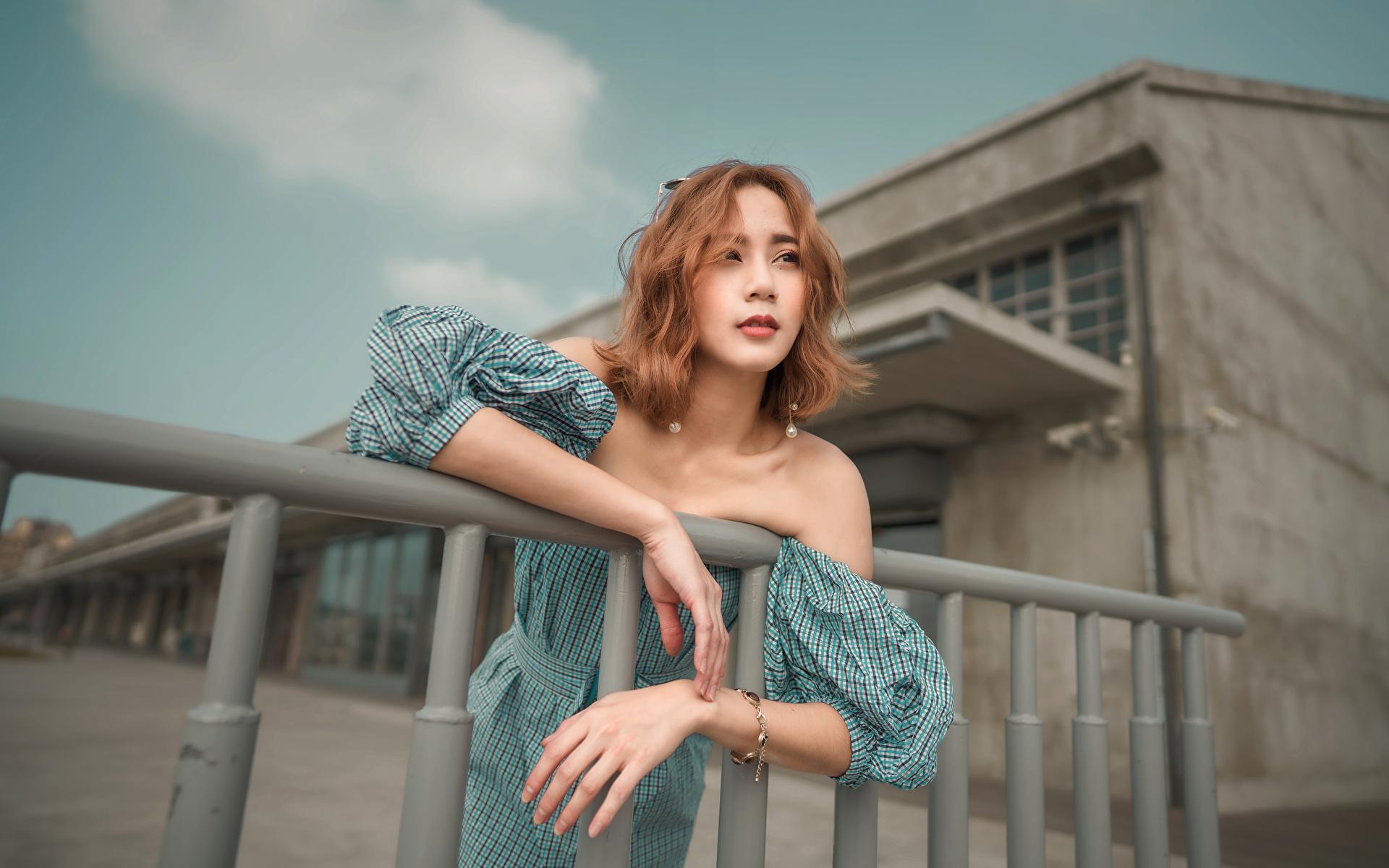 Tapety Szatenka pozować dziewczyna azjatycka Ręce Sukienka 1920x1200 brązowowłosa dziewczyna dziewczyna z brązowymi włosami Poza Dziewczyny młoda kobieta młode kobiety Azjaci