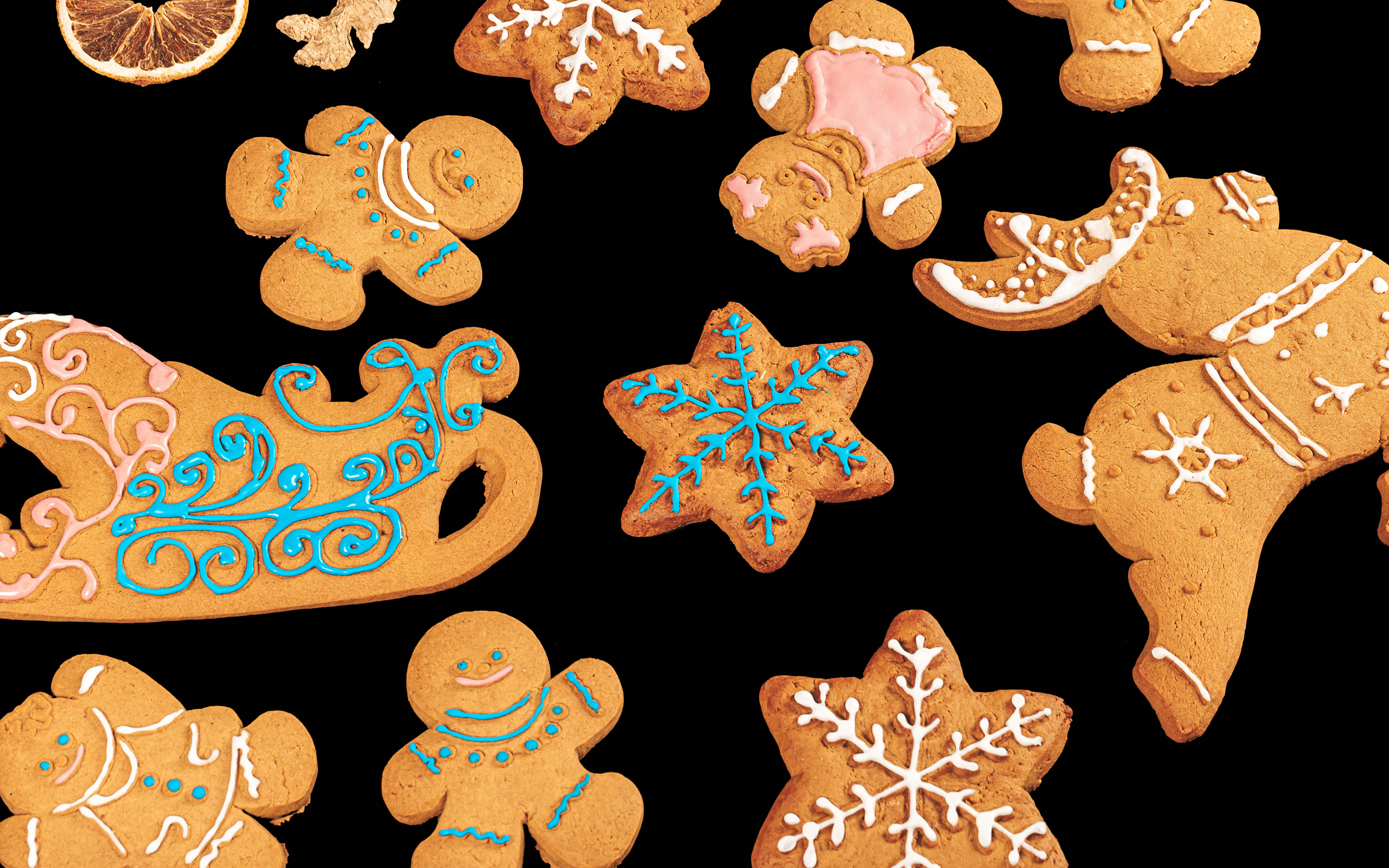 Картинки Новый год санях Снежинки Печенье Продукты питания Черный фон Дизайн 3840x2400 Рождество Сани Санки санках снежинка Еда Пища на черном фоне дизайна