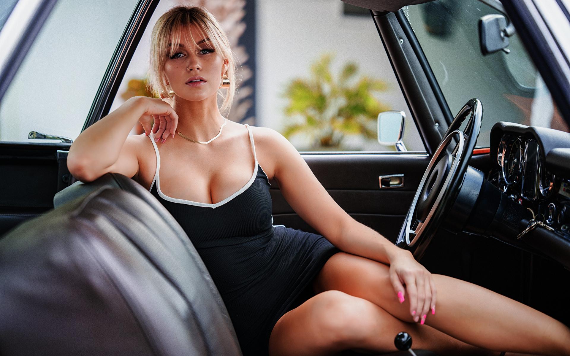 Bilder Blondine Marina Dekolleté junge Frauen Bein Autos sitzen Starren Kleid 1920x1200 Blond Mädchen dekolletee Mädchens junge frau auto sitzt Sitzend automobil Blick