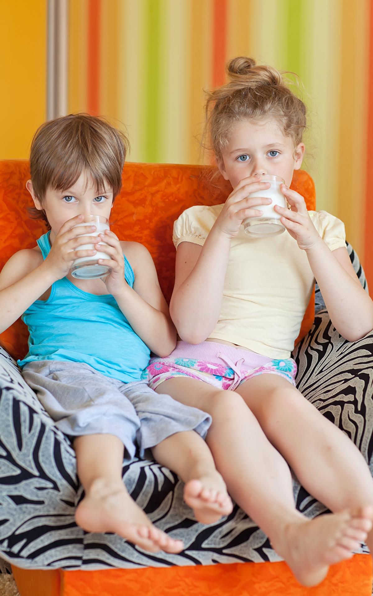 Fotos Milch Kleine Mädchen Junge Kinder Zwei Trinkglas Sitzend Blick 1200x1920 2 Starren