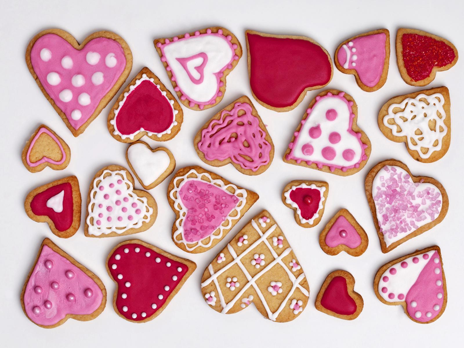 Bilder Valentinstag Herz Kekse Lebensmittel Feiertage Weißer hintergrund Design 1600x1200