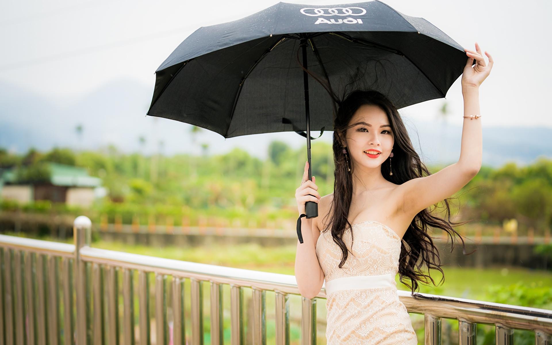 Bilder von Brünette Bokeh Mädchens Zaun asiatisches Hand Regenschirm Starren 1920x1200 unscharfer Hintergrund junge frau junge Frauen Asiaten Asiatische Blick