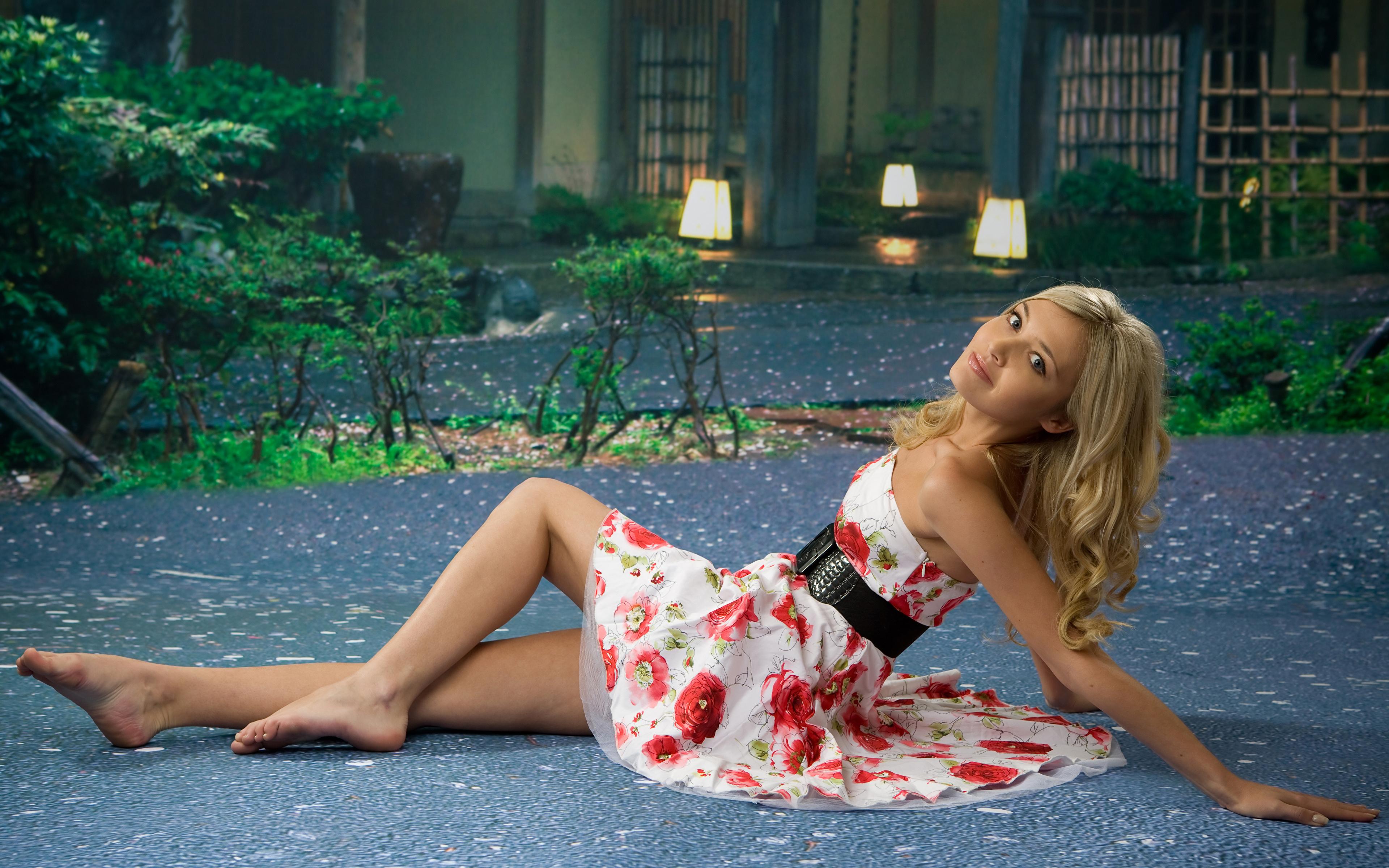 Foto Blondine posiert Mädchens Bein Hand Kleid 3840x2400 Blond Mädchen Pose junge frau junge Frauen