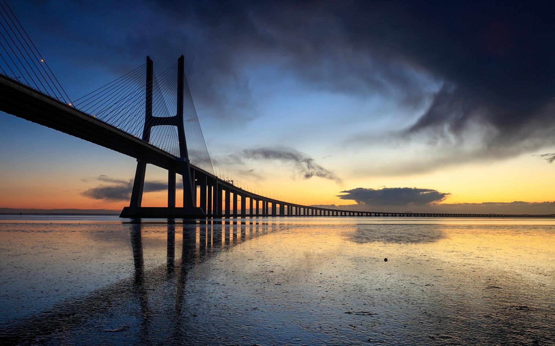 Tapety miasto Portugalia Vasco da Gama bridge Mosty Wieczór Lizbona 1920x1200 Miasta most
