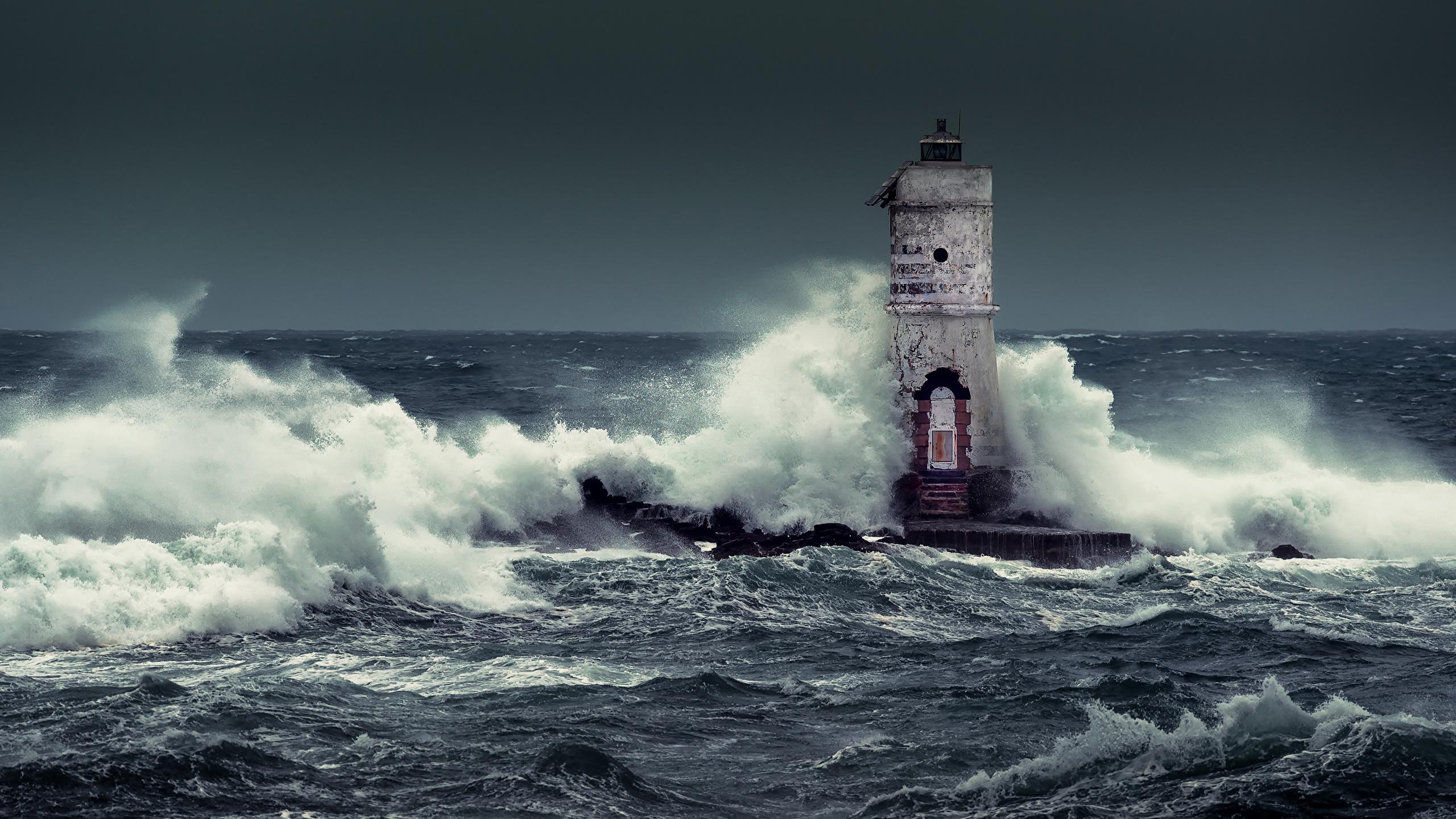 Resultado de imagem para farol nas ondas