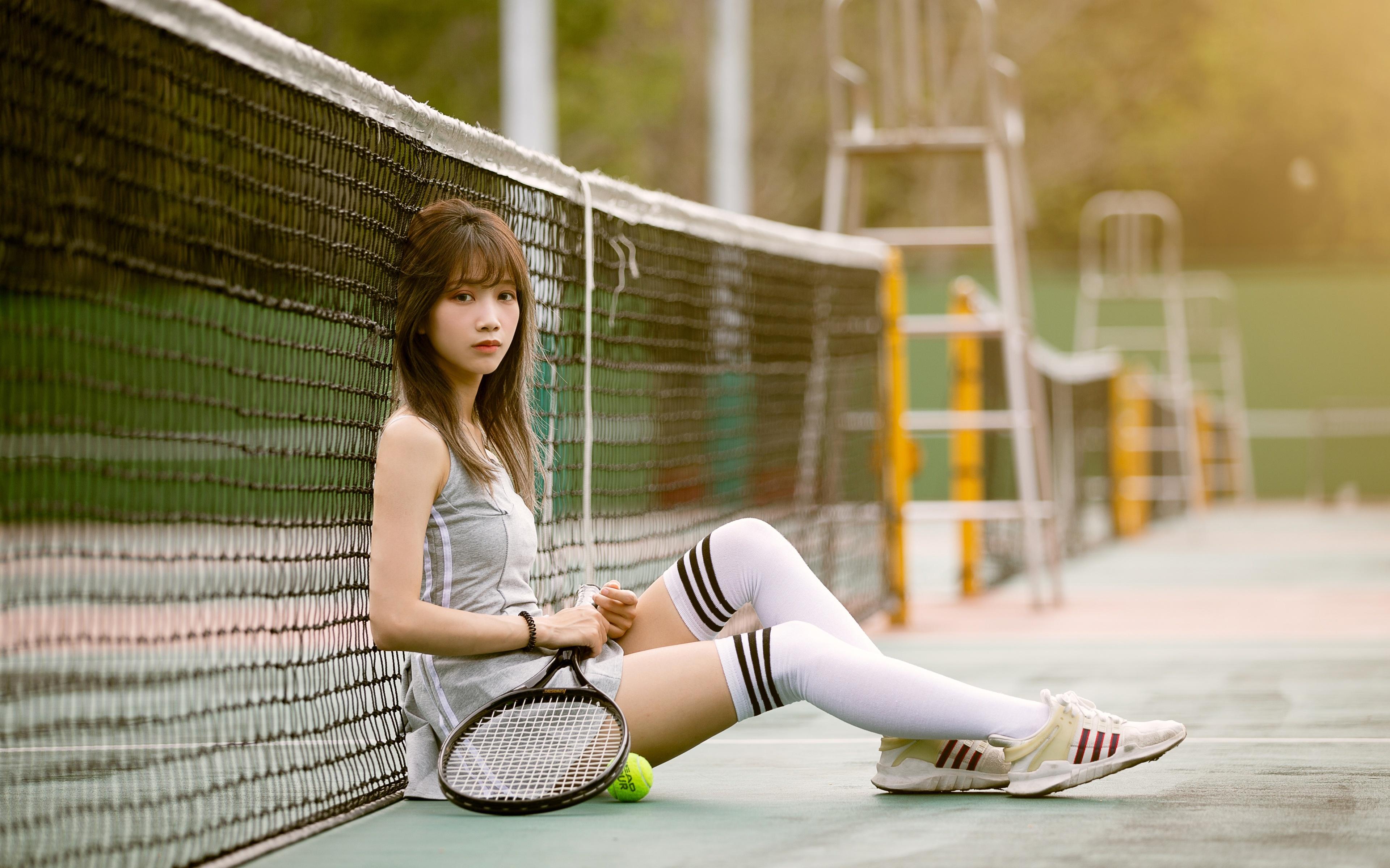 Achtergrond Kniekousen Bokeh Sport netten Sneaker jonge vrouw Benen Tennis Aziaten Zitten Uniform 3840x2400 onscherpe achtergrond sneakers sportschoen Jonge vrouwen aziatisch zittend