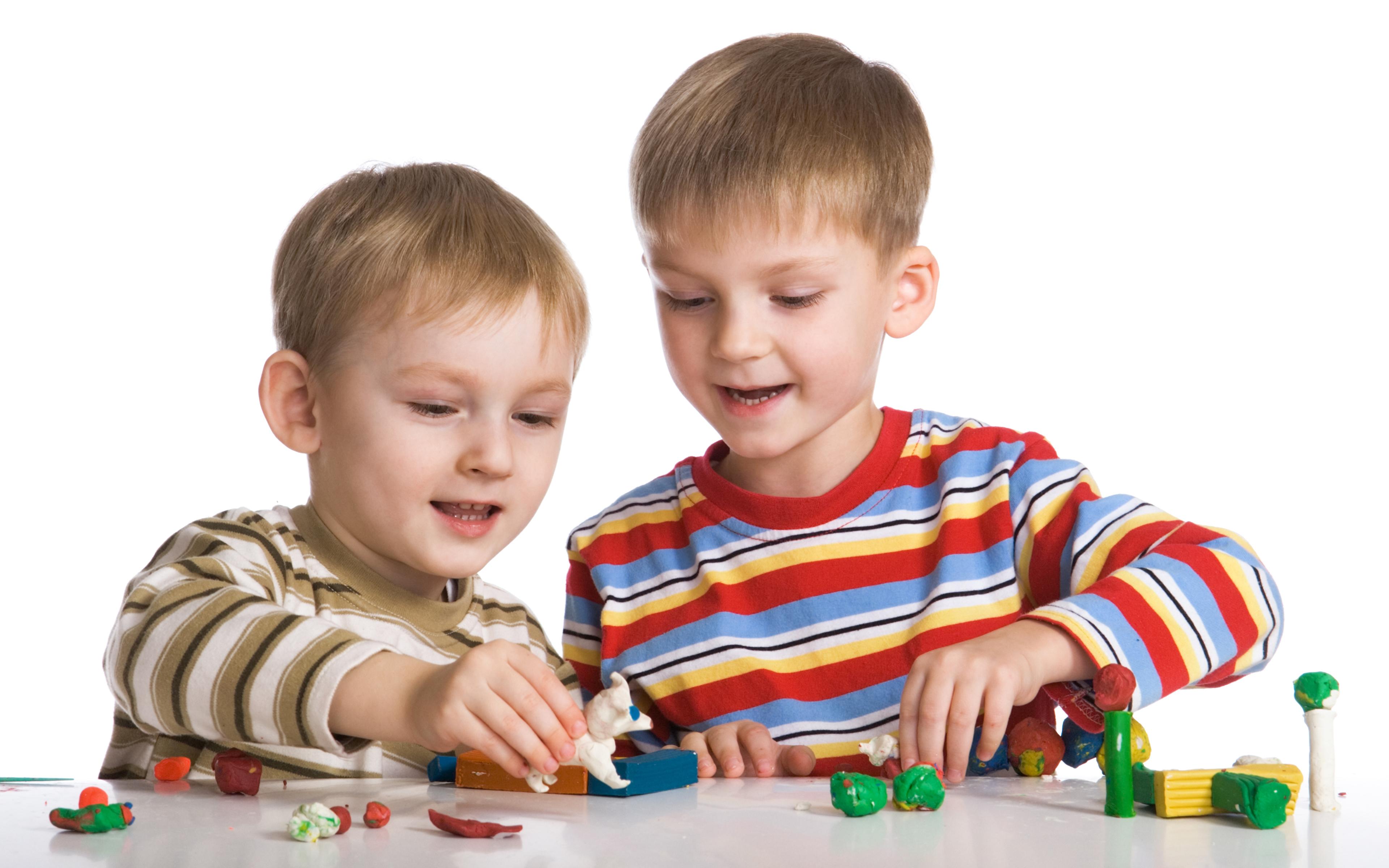 Hintergrundbilder Kinder Junge Spielt Zwei Hand Spielzeuge 3840x2400 kind jungen spielen 2
