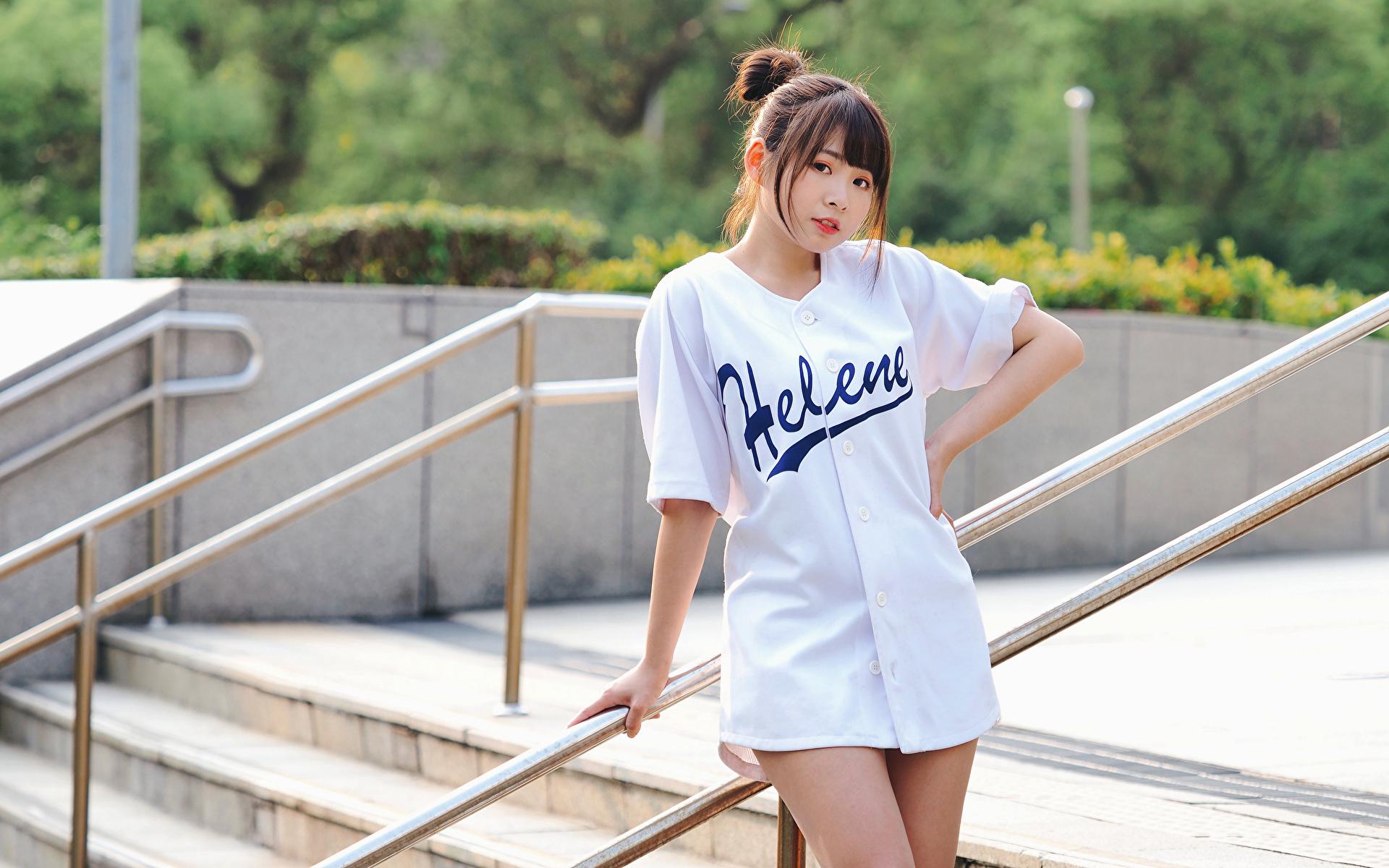 Fotos von Pose Mädchens Asiaten Blick 1920x1200 posiert junge frau junge Frauen Asiatische asiatisches Starren