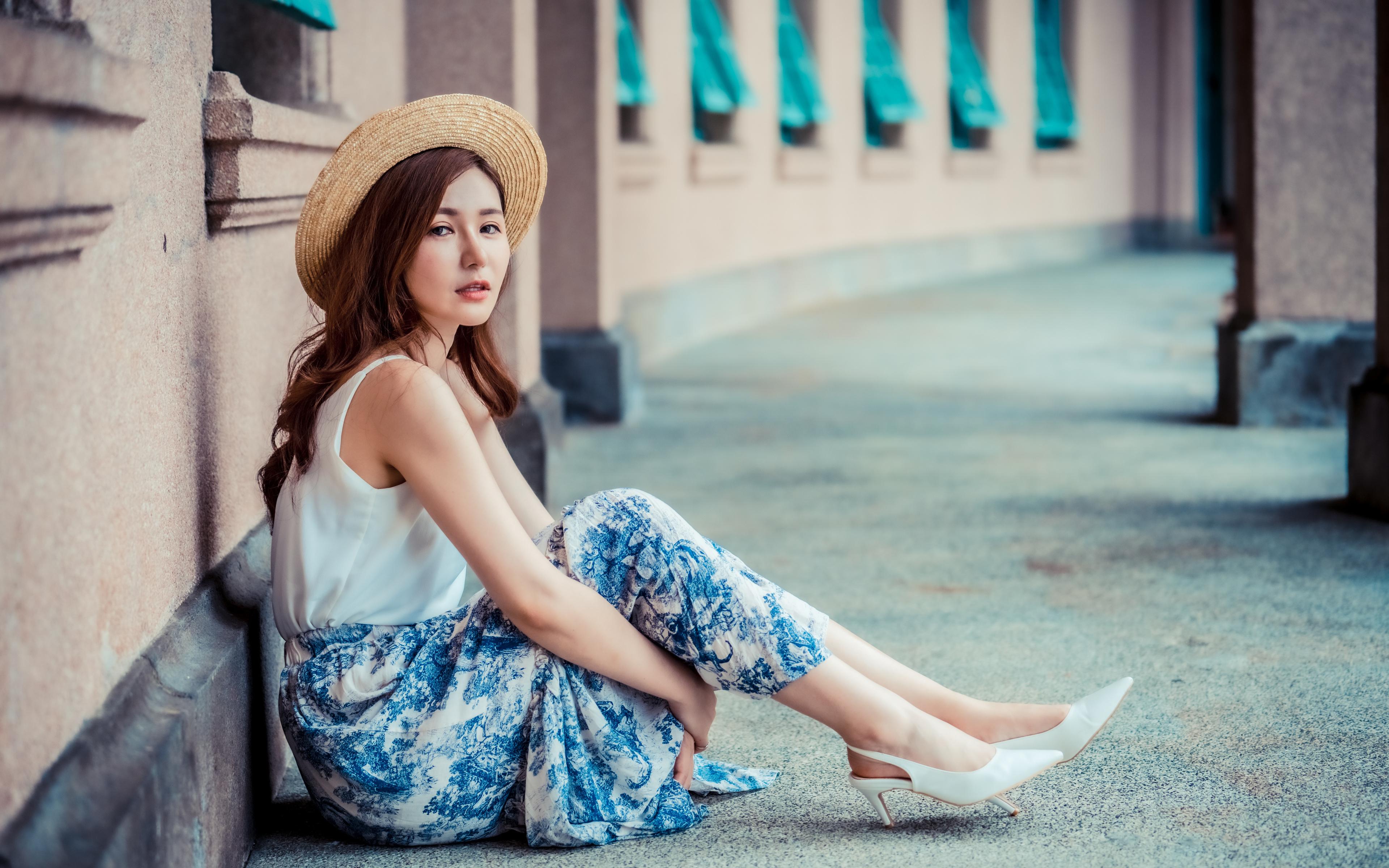 Bilder von Rock Der Hut Mädchens Asiatische sitzt Blick 3840x2400 junge frau junge Frauen Asiaten asiatisches sitzen Sitzend Starren