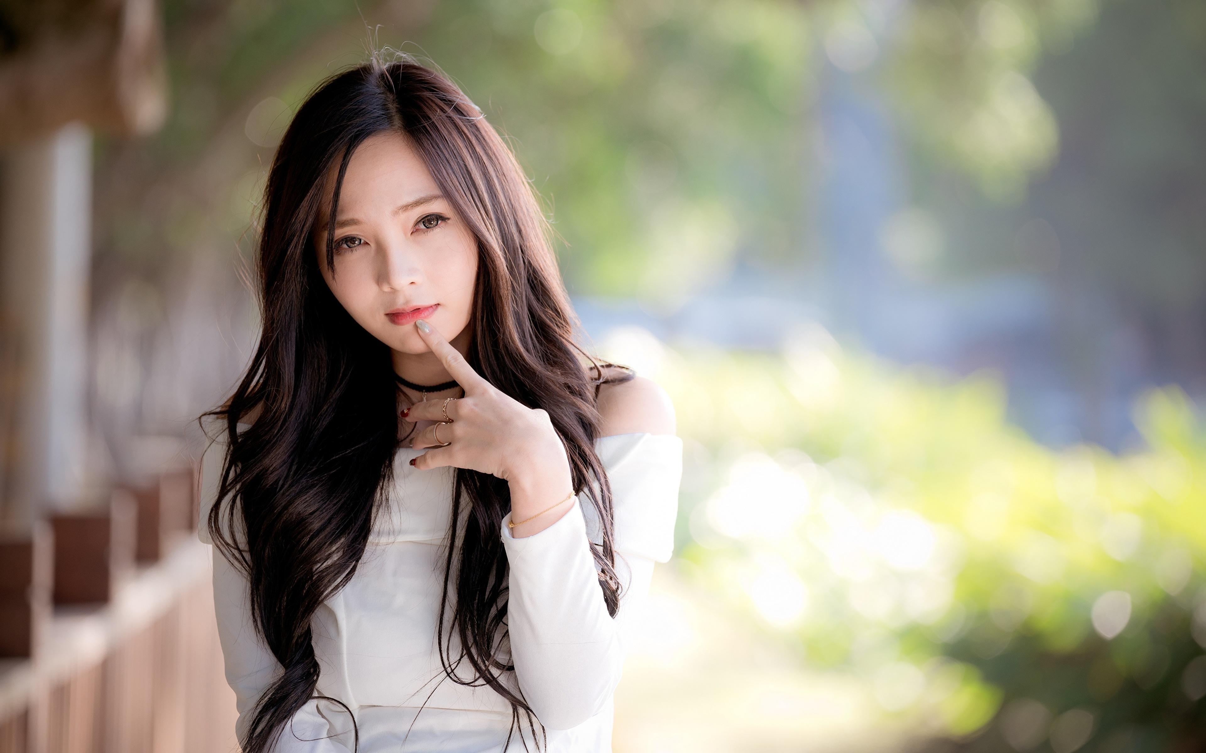 Фотографии Размытый фон Девушки Азиаты Руки Взгляд 3840x2400 боке девушка молодая женщина молодые женщины азиатки азиатка рука смотрит смотрят