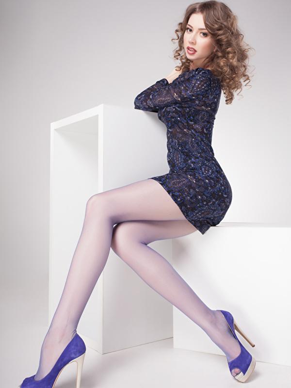 Fotos Braunhaarige Mädchens Bein sitzt Blick Grauer Hintergrund Kleid Stöckelschuh 600x800 Braune Haare sitzen Sitzend Starren High Heels