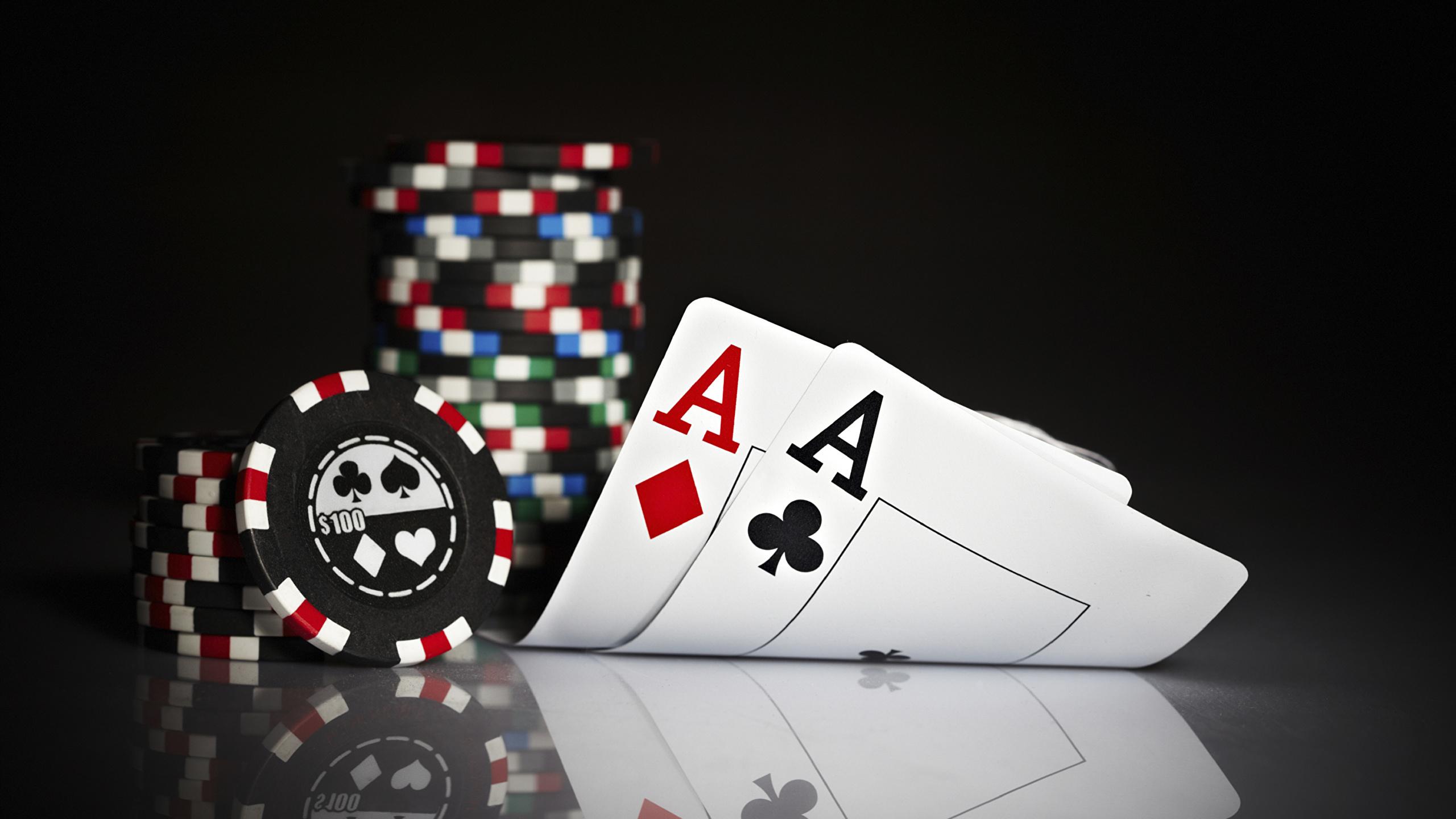 Photo Poker Playing Cards Closeup 2560x1440