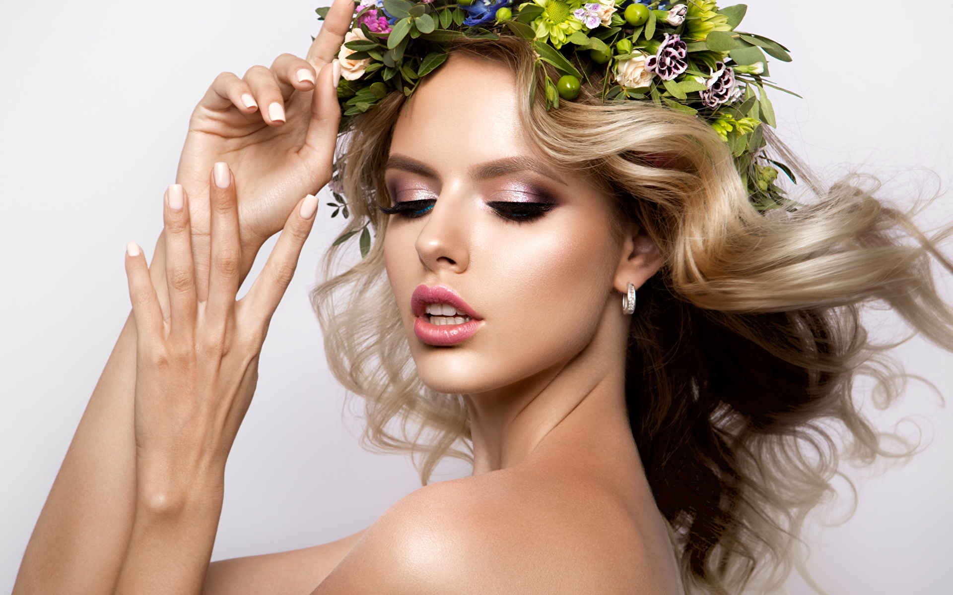 Bilder Blond Mädchen Model Make Up schöner Haar Kranz Gesicht Mädchens Hand 1920x1200 Blondine Schminke Schön schöne hübsch schönes hübsche hübscher junge frau junge Frauen