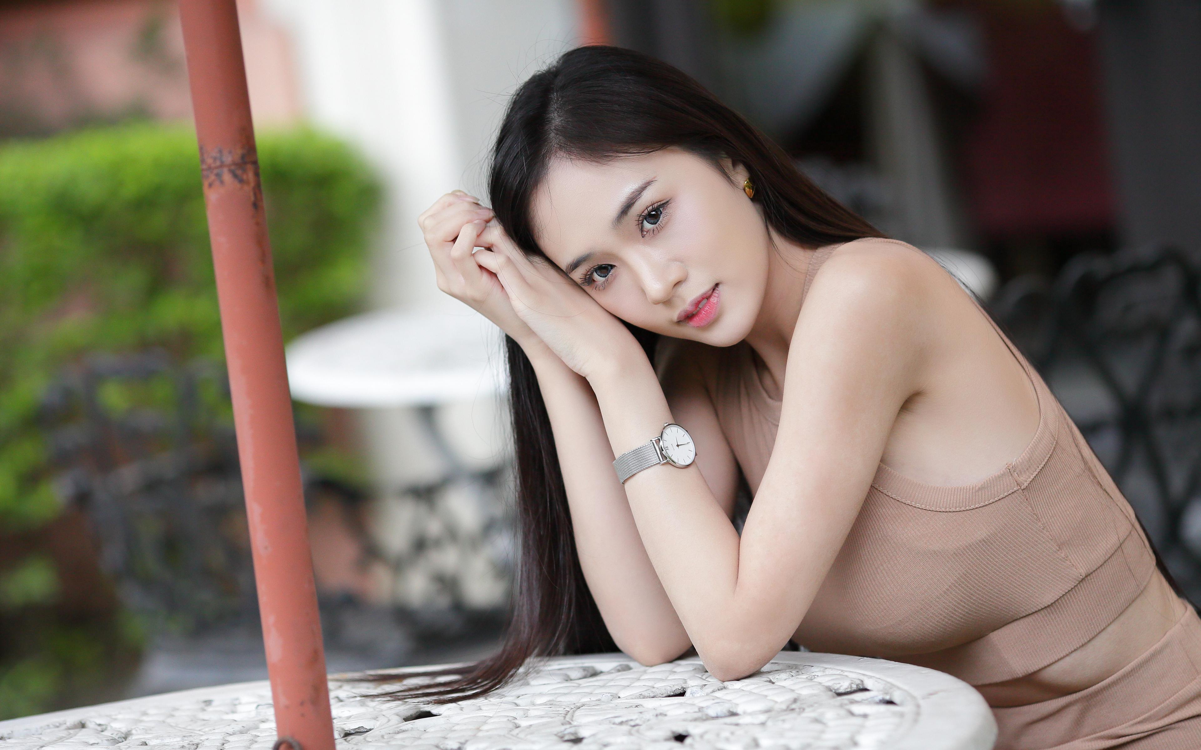 Bilder Brünette Bokeh Mädchens Asiatische Hand Blick 3840x2400 unscharfer Hintergrund junge frau junge Frauen Asiaten asiatisches Starren