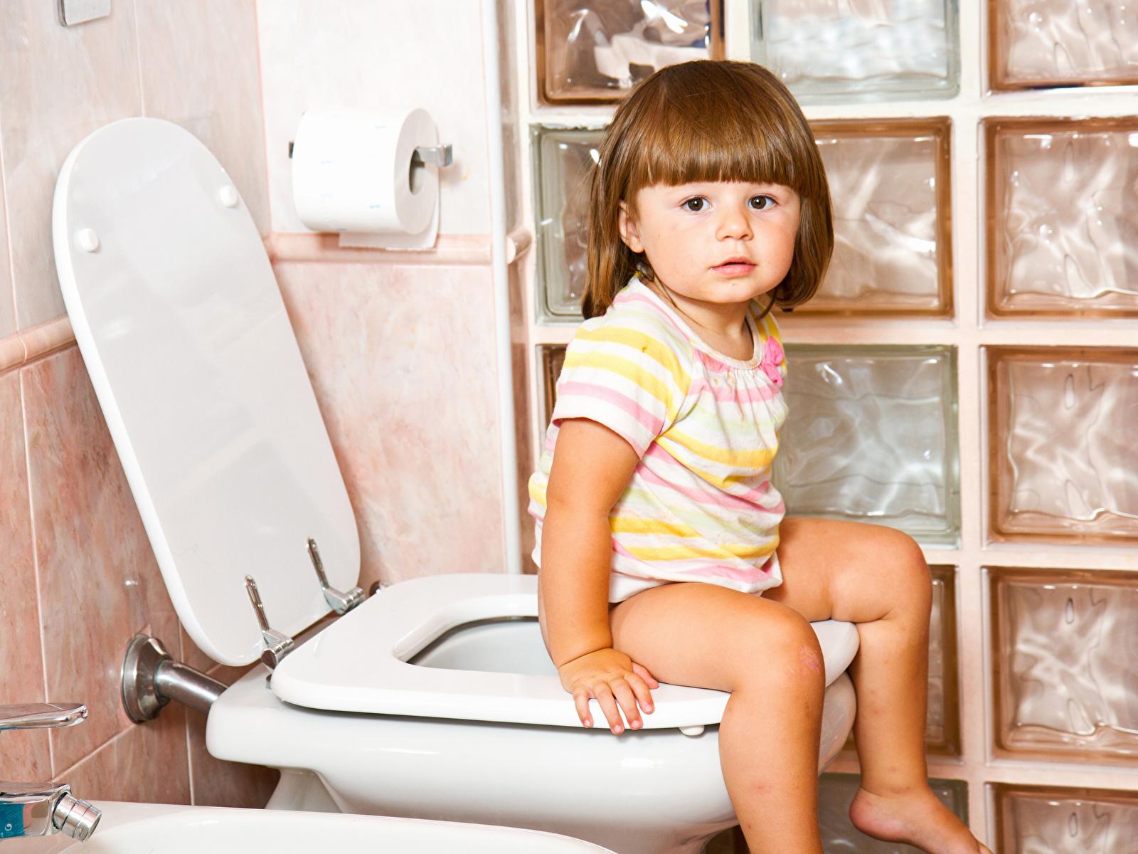 Fotos von Kleine Mädchen Toilette Kinder Sitzend 1600x1200
